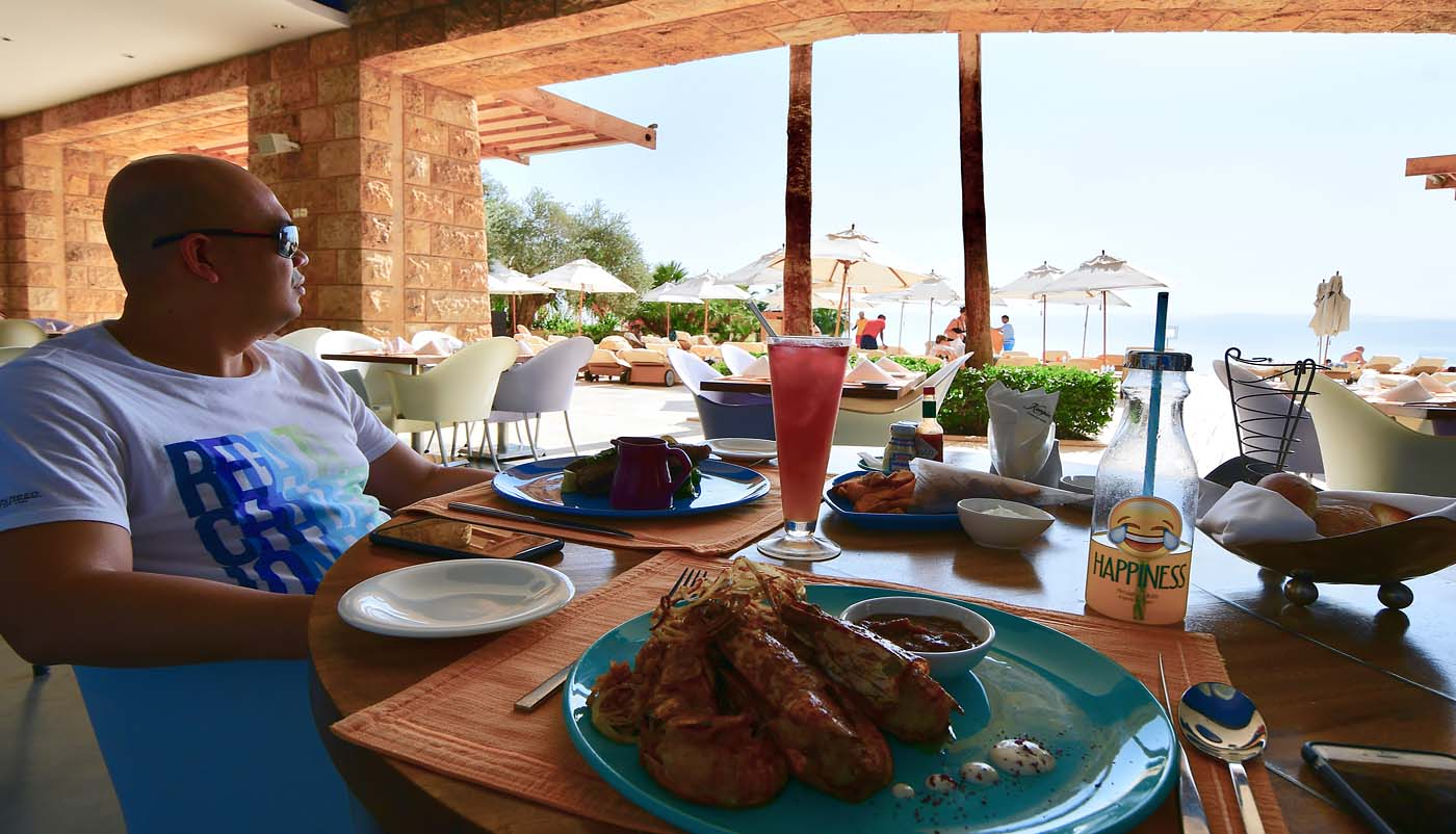 Late lunch at Akkad Pool Bar and Restaurant (Kempinski Hotel Ishtar Dead Sea)