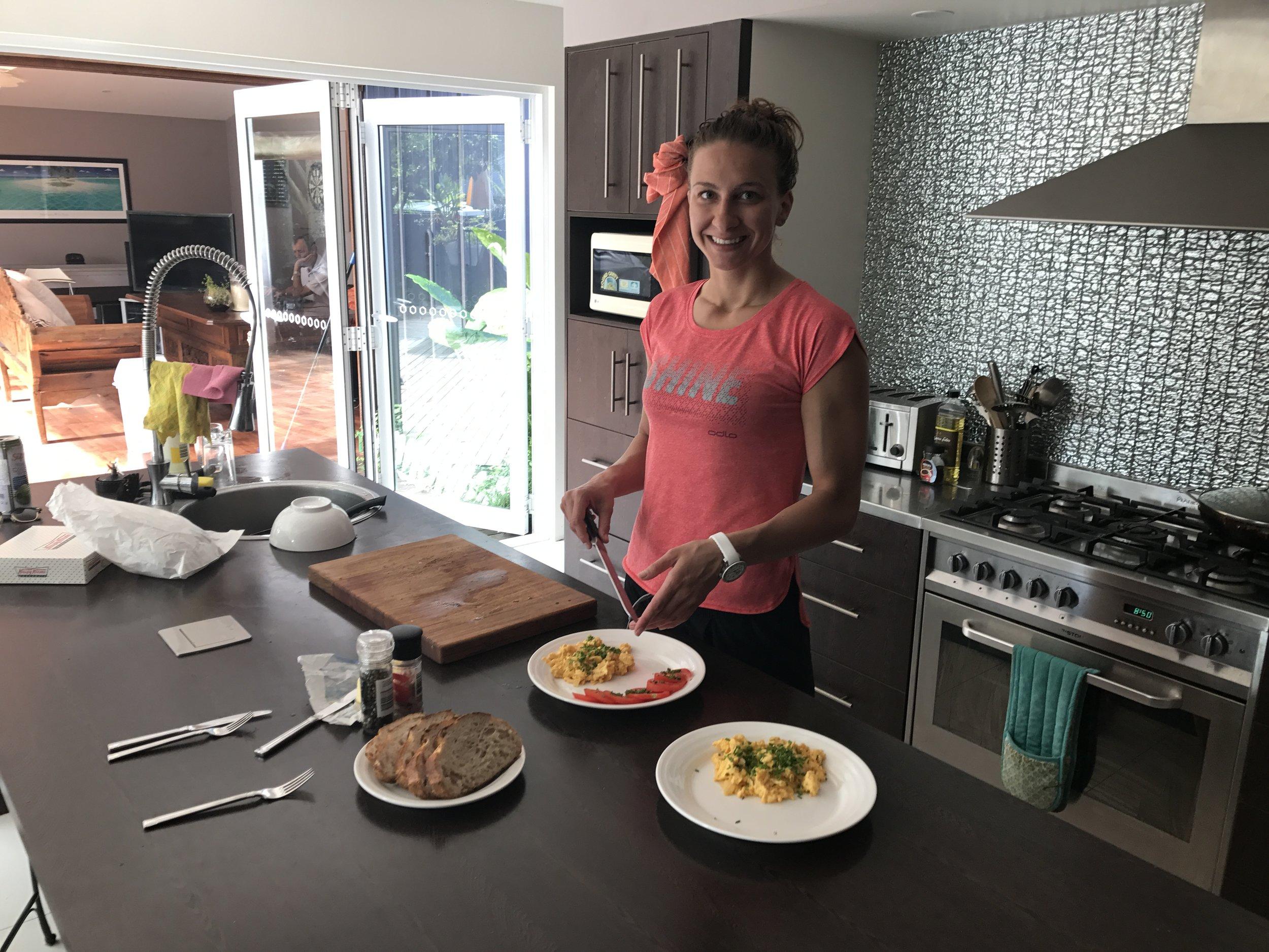Miluju kuchyň v domě! :) ..aneb já při přípravě potréninkové snídaně.
