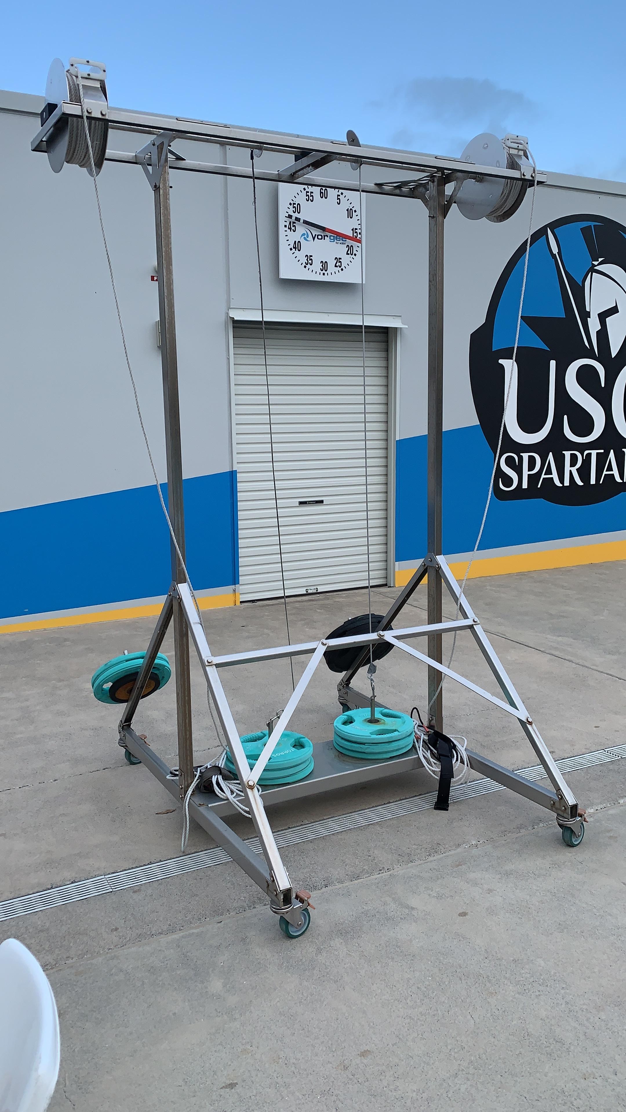 """power rack"" neboli jakasi kladka, kde na konci je pas. Obvykle mame 40 kg zateze a plaveme ruzne sprinty (max 20m)"
