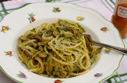 Pasta with artichokes plated
