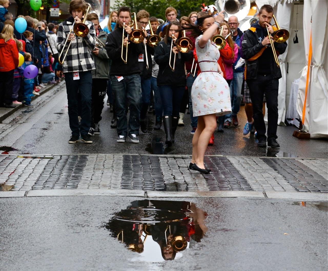 En nyvasket Storgate tar i mot dagens musikere i streetparaden kl 11.30 hver dag under Molde International Jazzfestival i uke 29.