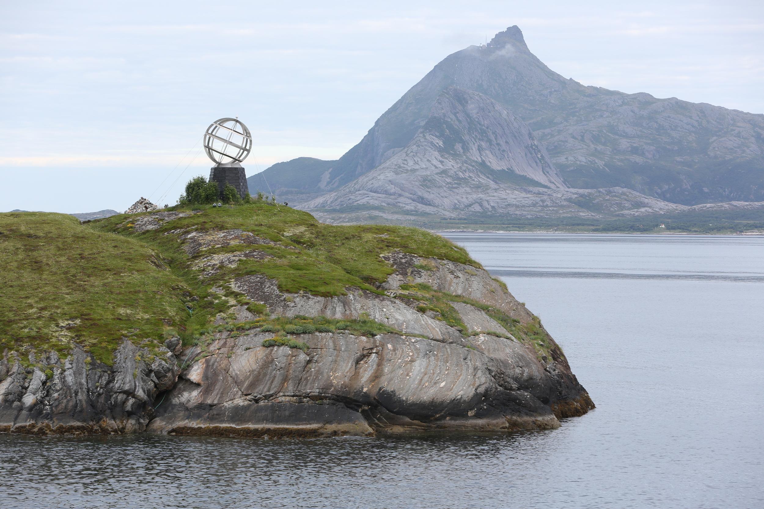 En liten og en stor fjelltopp til begjær.                    Foto: Odd Roar Lange