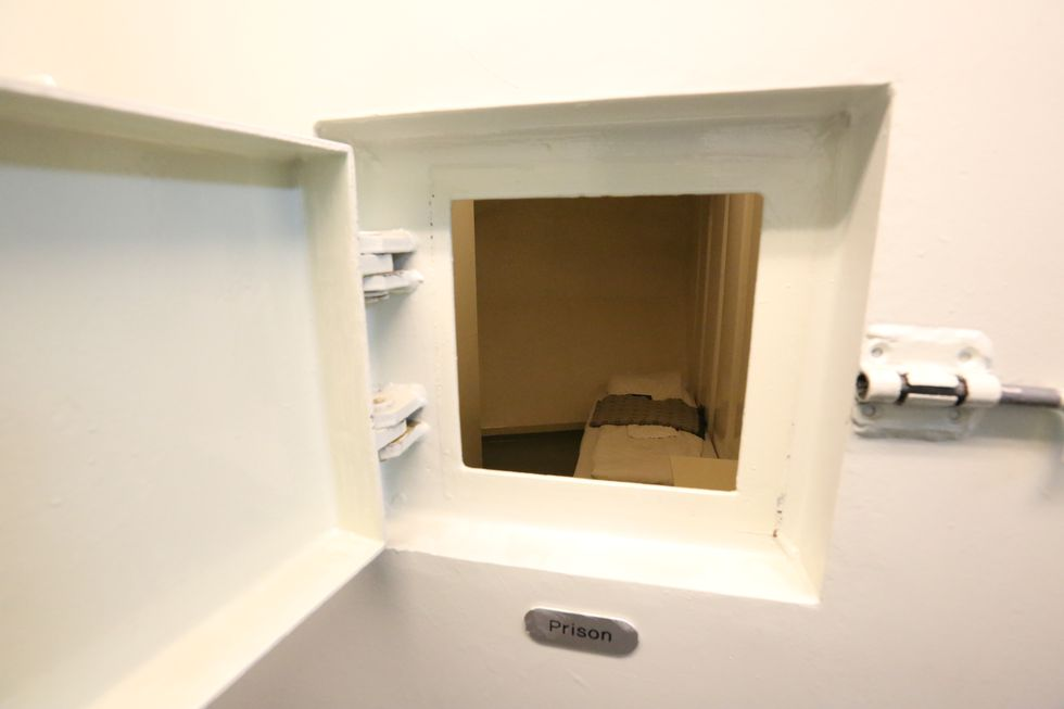 En liten kikk inn i fengselscellen.        Foto: Odd Roar Lange