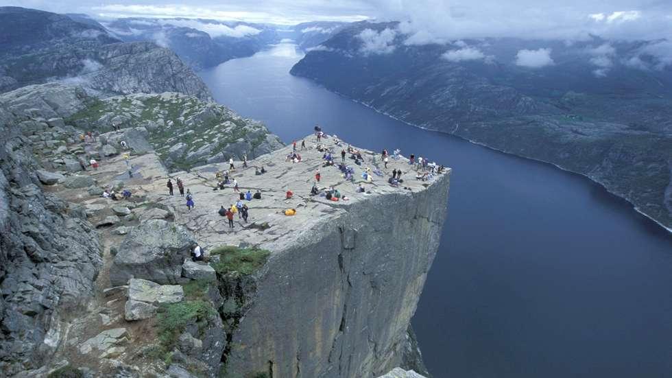 På fjelltoppen Preikestolen i Rogaland besøkes av 270 000 turister i året. Det gir topplass på lista som riktignok ikke inneholder de populære bynære turene i Norge. Foto: Chris Arnesen/Visit Norway