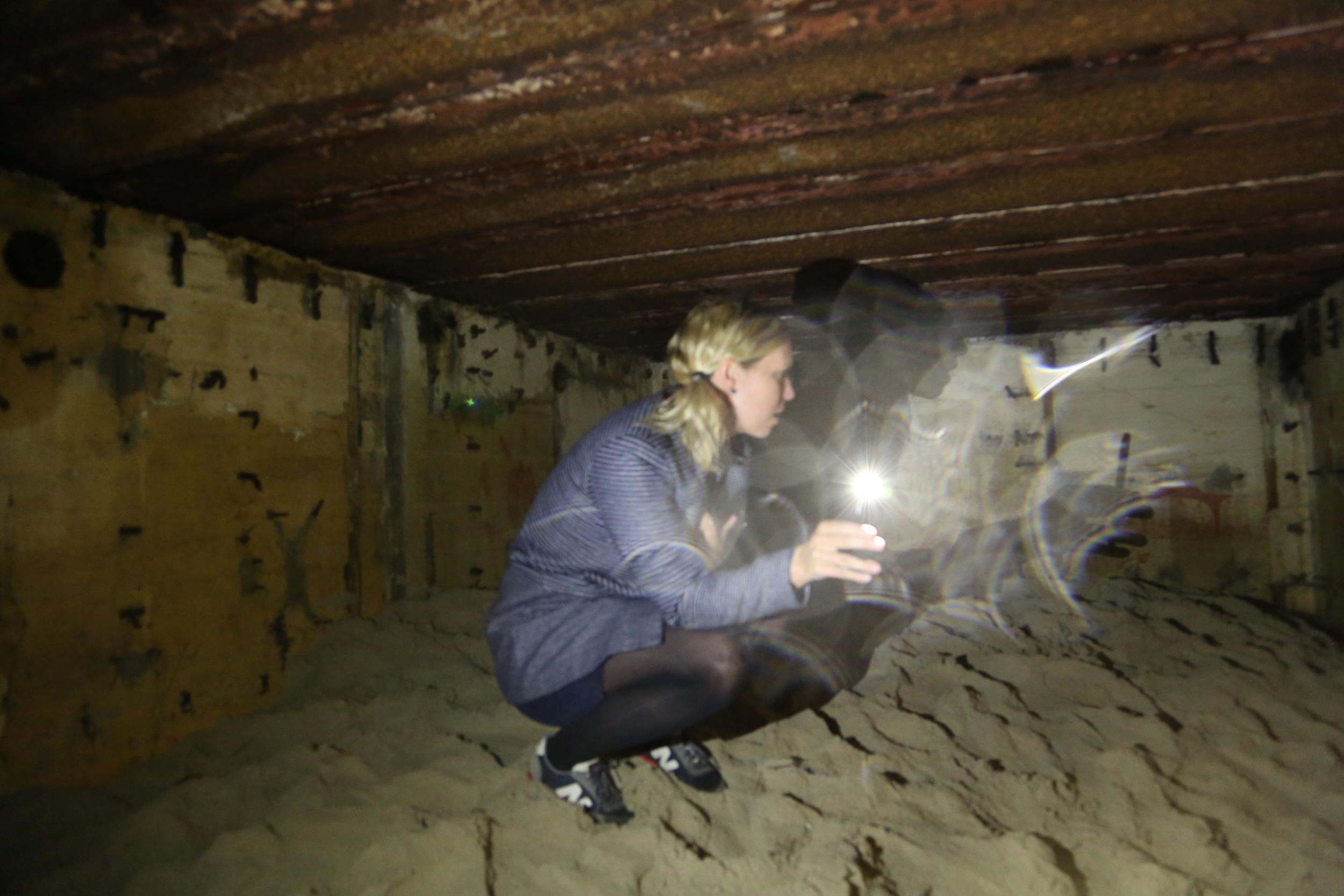Slik ser det ut inne i en av bunkersene, der en kunster har laget bilder på veggen. Foto: Odd Roar Lange
