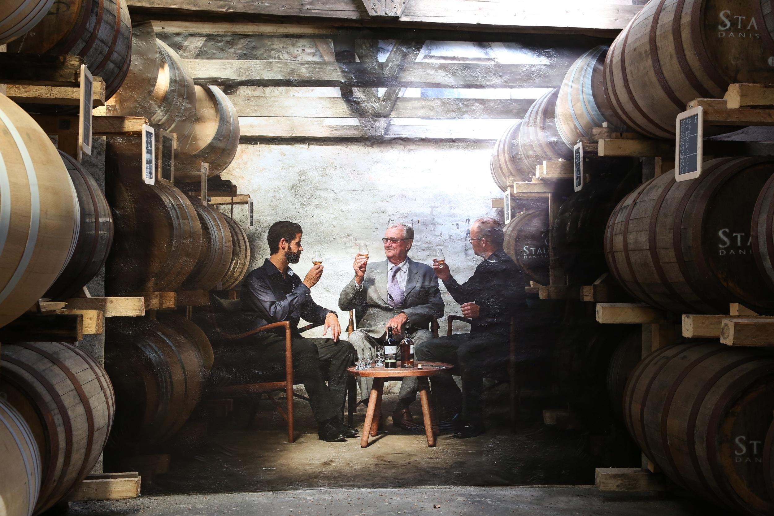 Den danske prins Henrik har besøkt Stauning Whisky, og dette bildet ble tatt. I dag er bildet på veggen i rommet med alle whiskyfatene. Foto: Odd Roar Lange