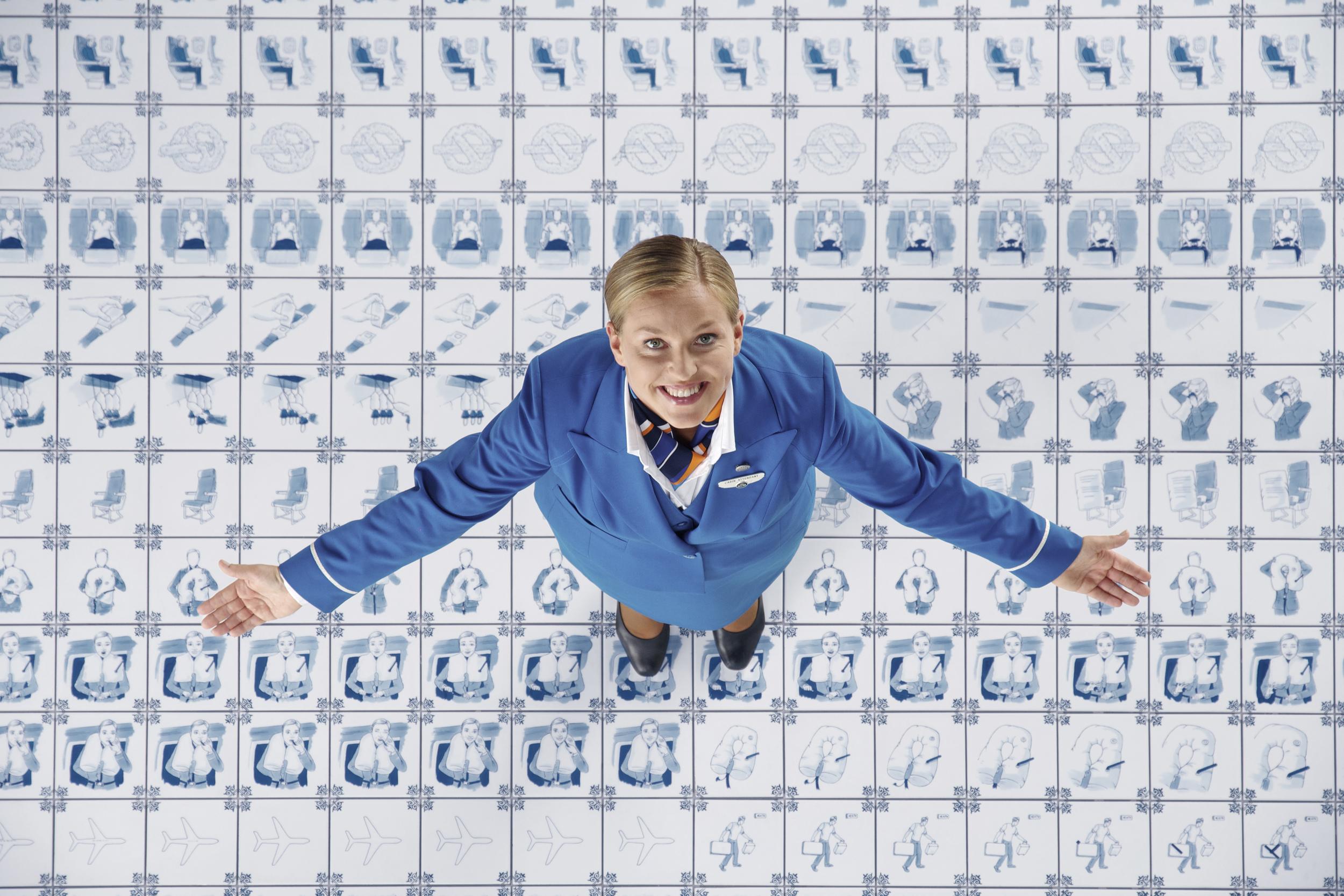 Her er flyvertinnen som gir filmen ansikt og stemme. Foto: KLM