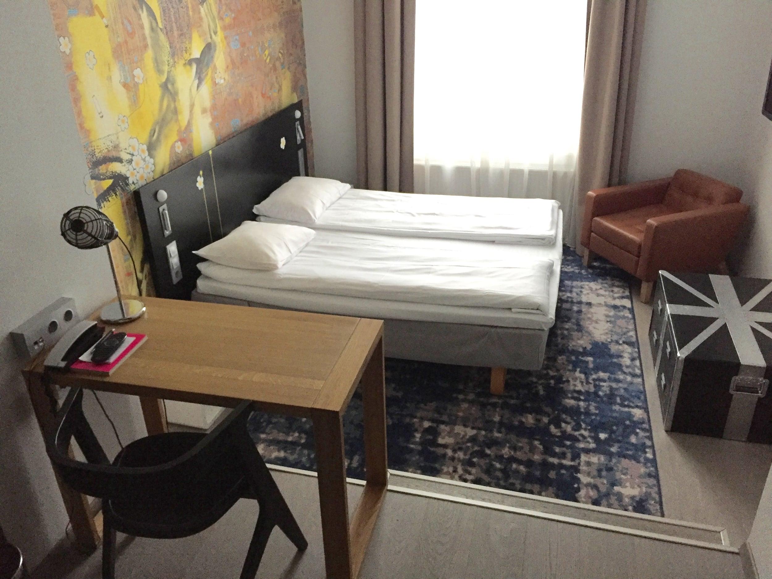 En stor seng og et kaldt rom. Det er det som venter. Foto: Odd Roar Lange
