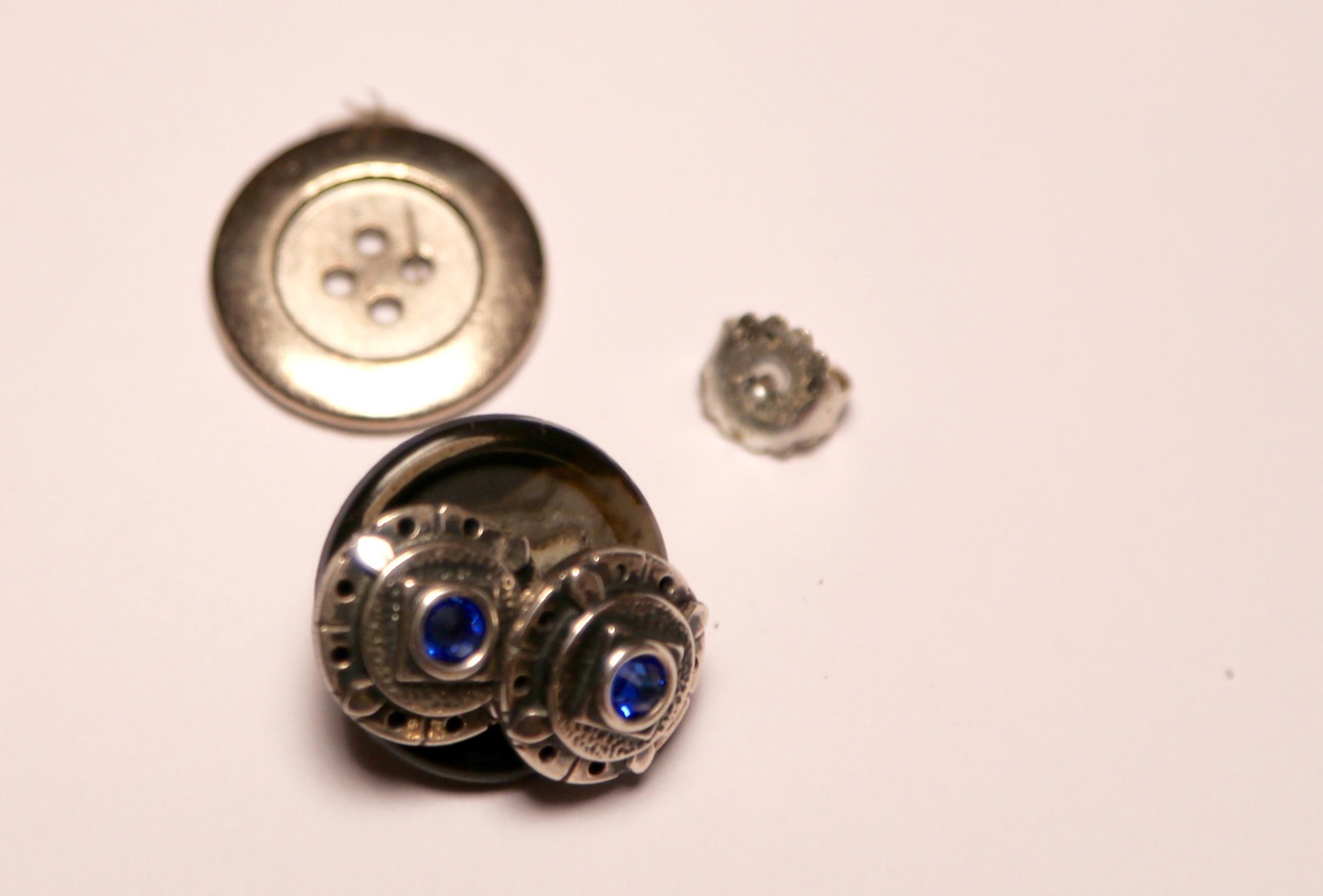 Slik pakker du øredobber ved hjelp av en knapp.                Foto: Odd Roar Lange