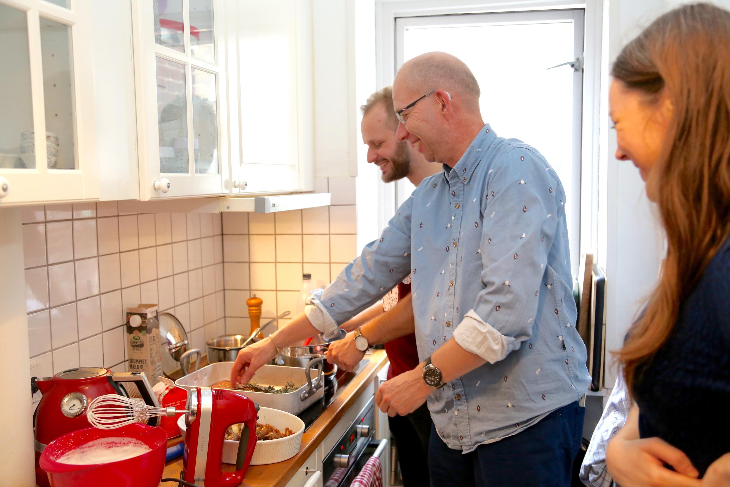 Mye latter - og god mat. Mikkel, jeg og Inger i full sving.      Foto: Mads Marschall