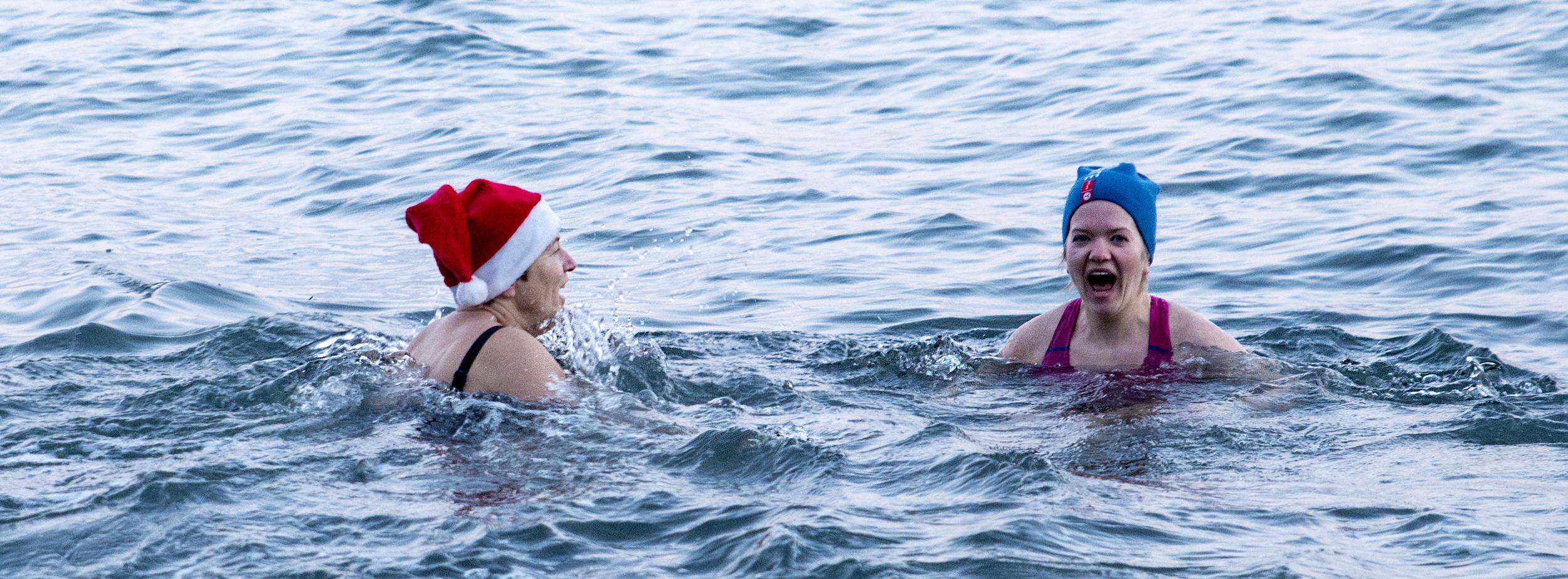 Mor datter hopper i havet.                     Foto: Kjetil Strand