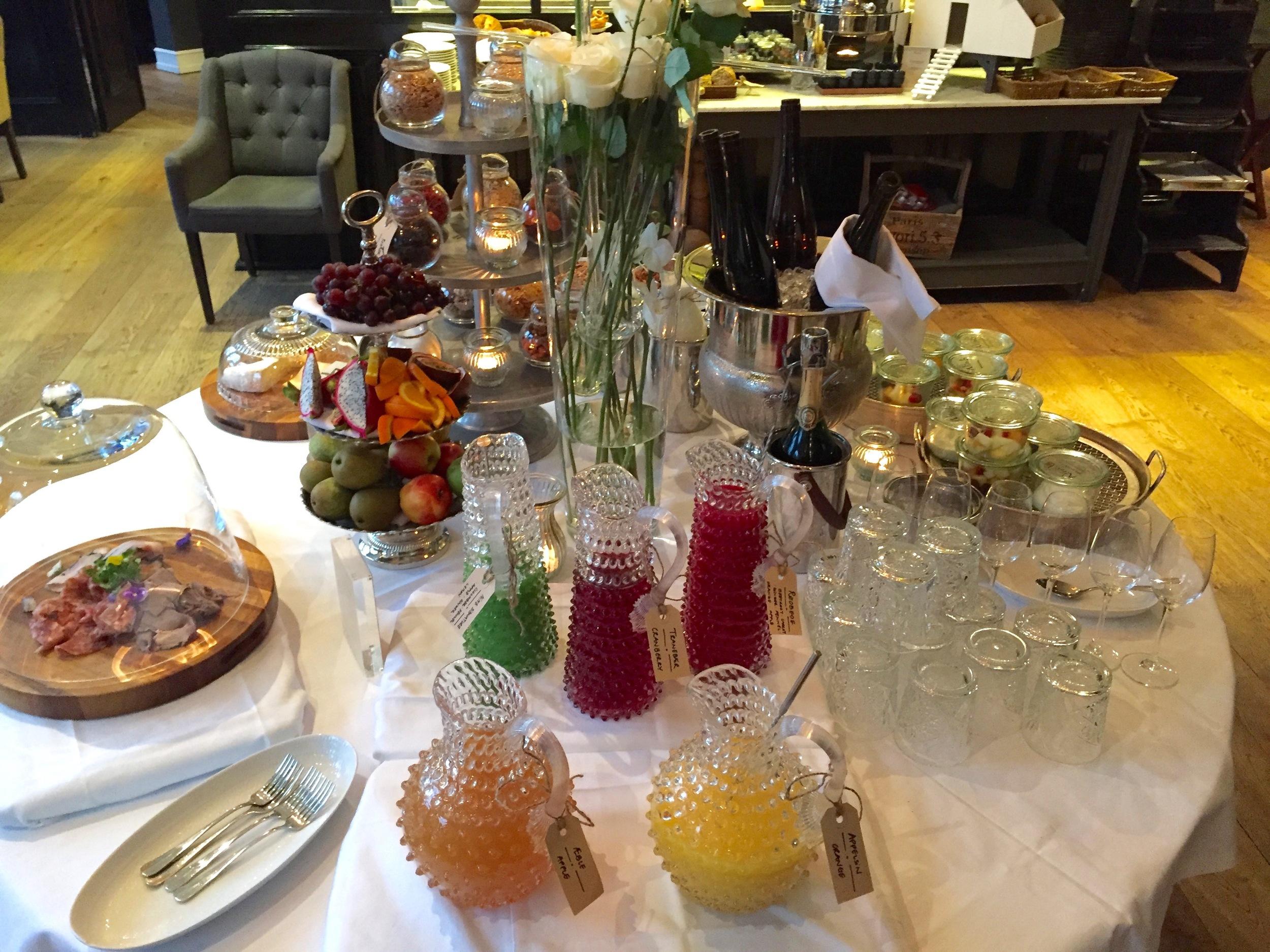 Velkommen til frokost. Selvsagt med champagne.      Foto: Odd Roar Lange