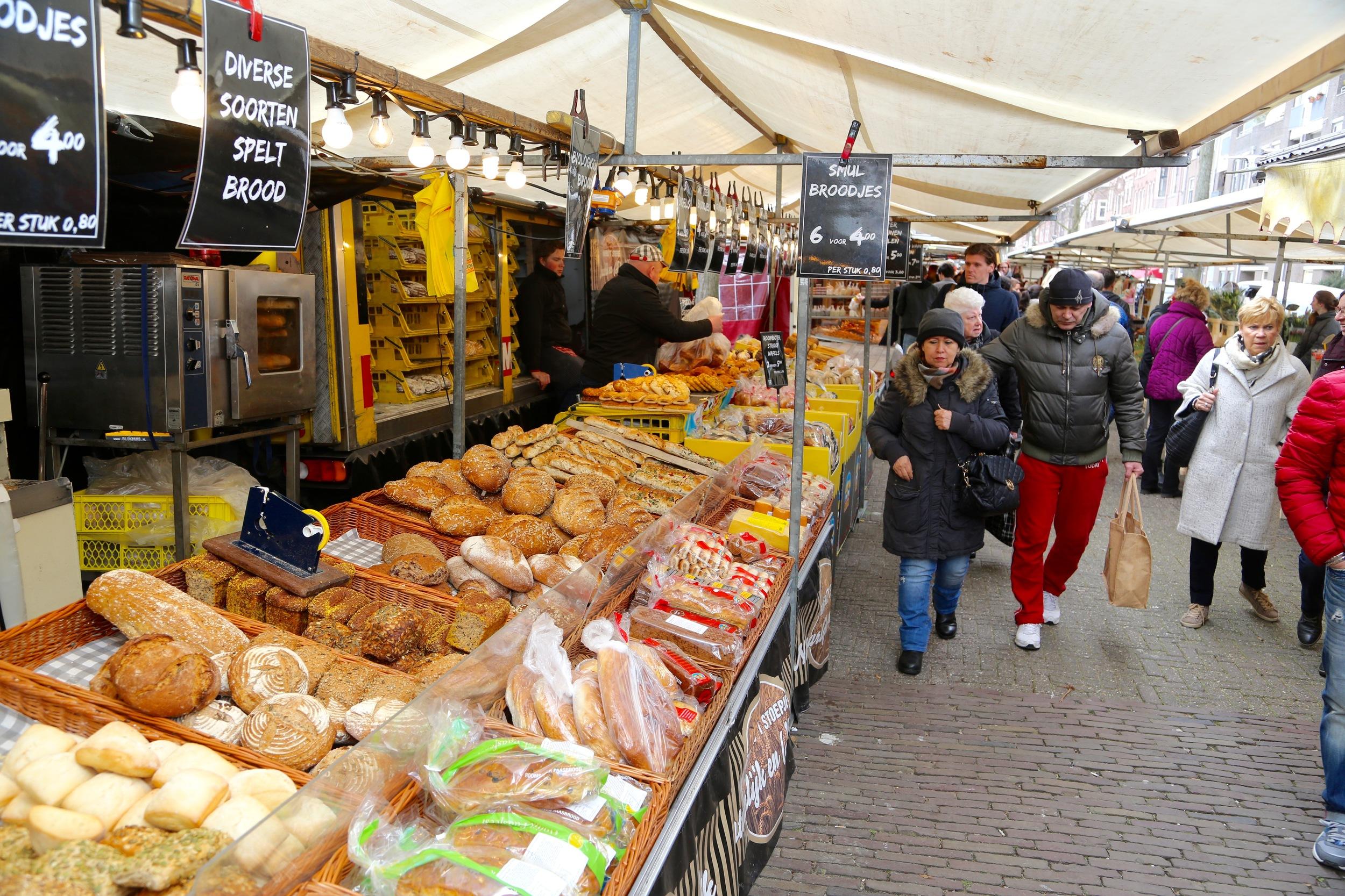 Markedene er fulle av folk, og av lukt, smak og opplevelser. Foto: Odd Roar Lange