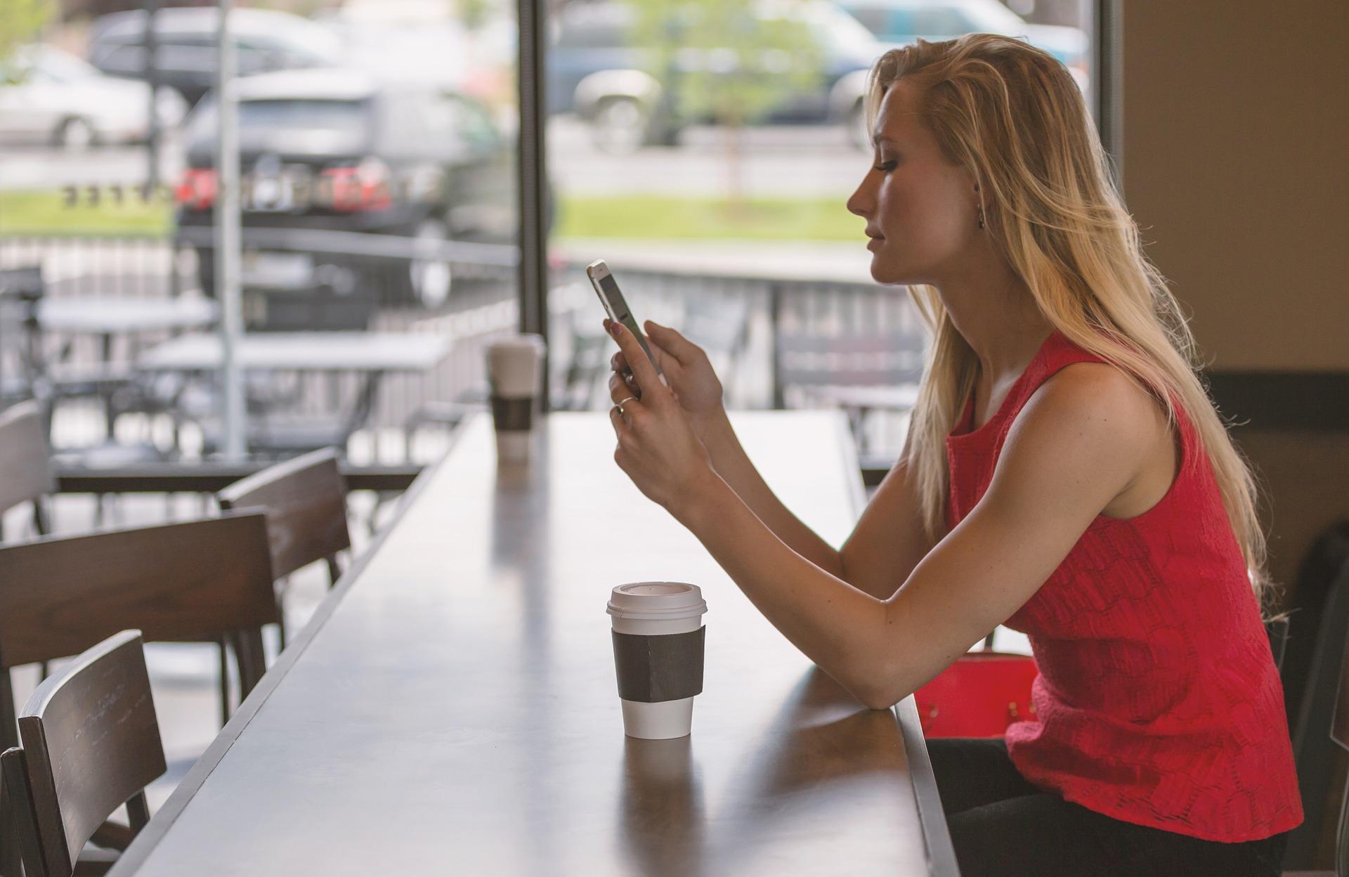 Blir vi mindre ensomme av å stupe inn i mobiltelefonen?