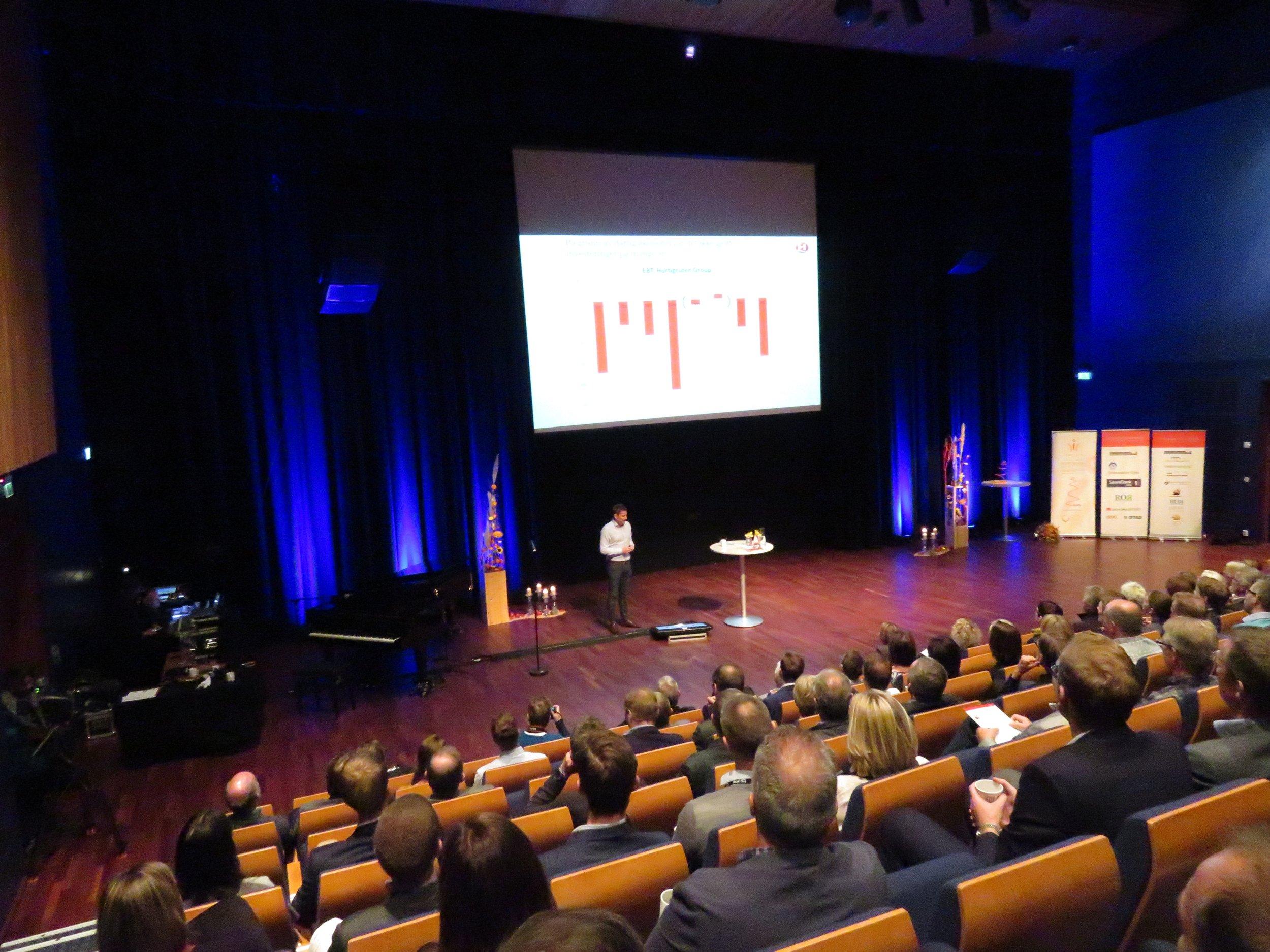Her, under Romsdalskonferansen i Molde, sier Daniel Skjeldam hva han mener om Kristiansunds havneselskap.                                         Foto: Odd Roar Lange