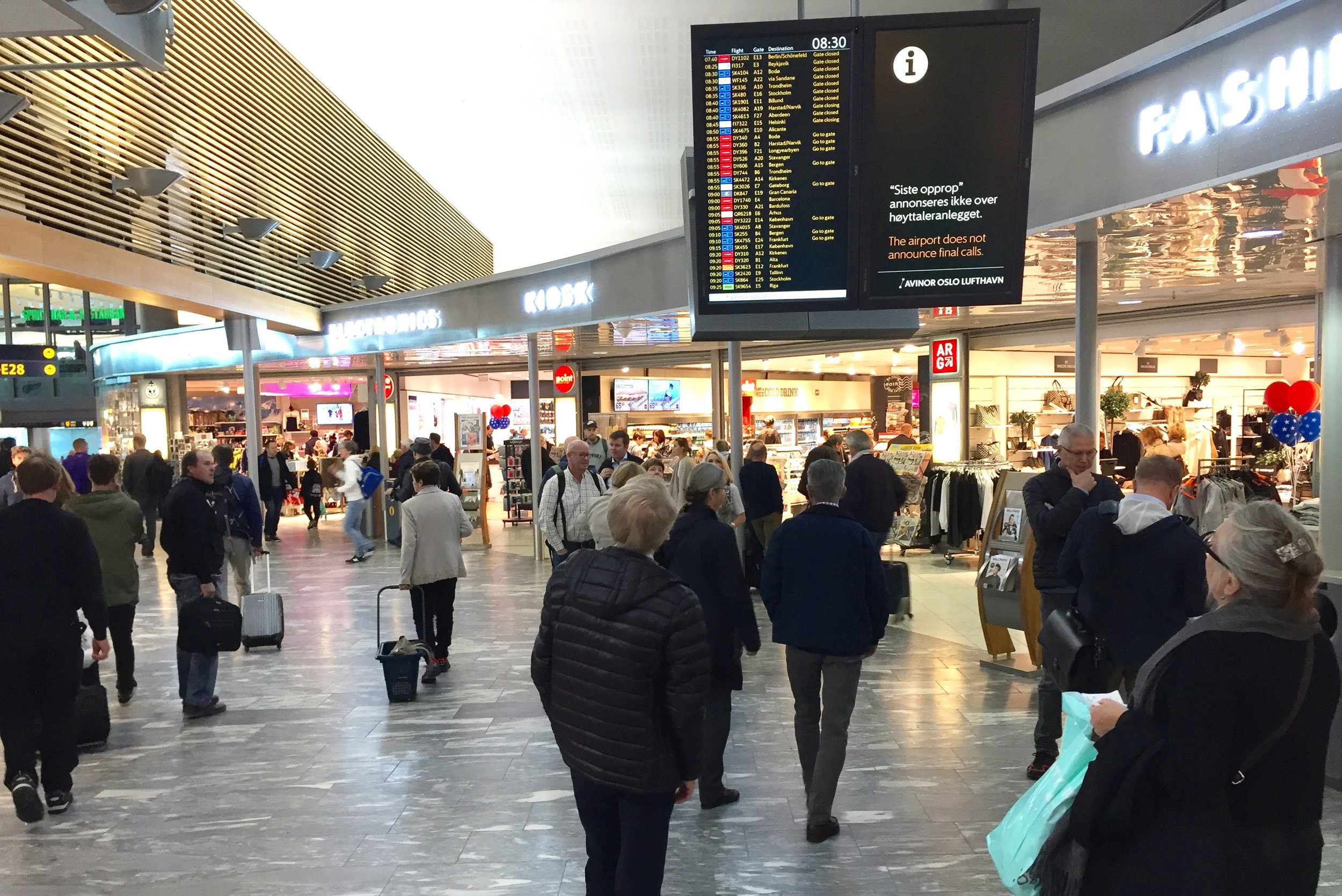 Landets mest besøkte flyplass, og arbeidsplassen til mange tusen mennesker. Foto: Odd R. Lange