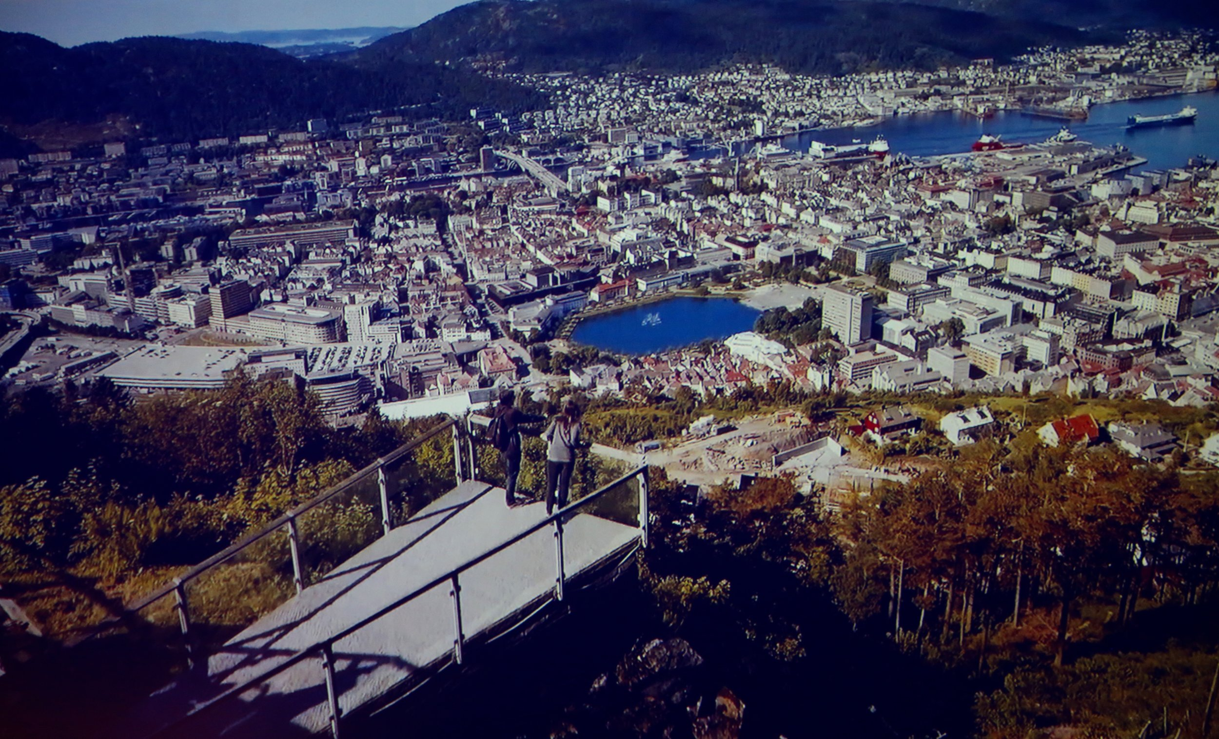 Velkommen til Norge, og til Bergen.                Foto: Fra den nye filmen om Norge.
