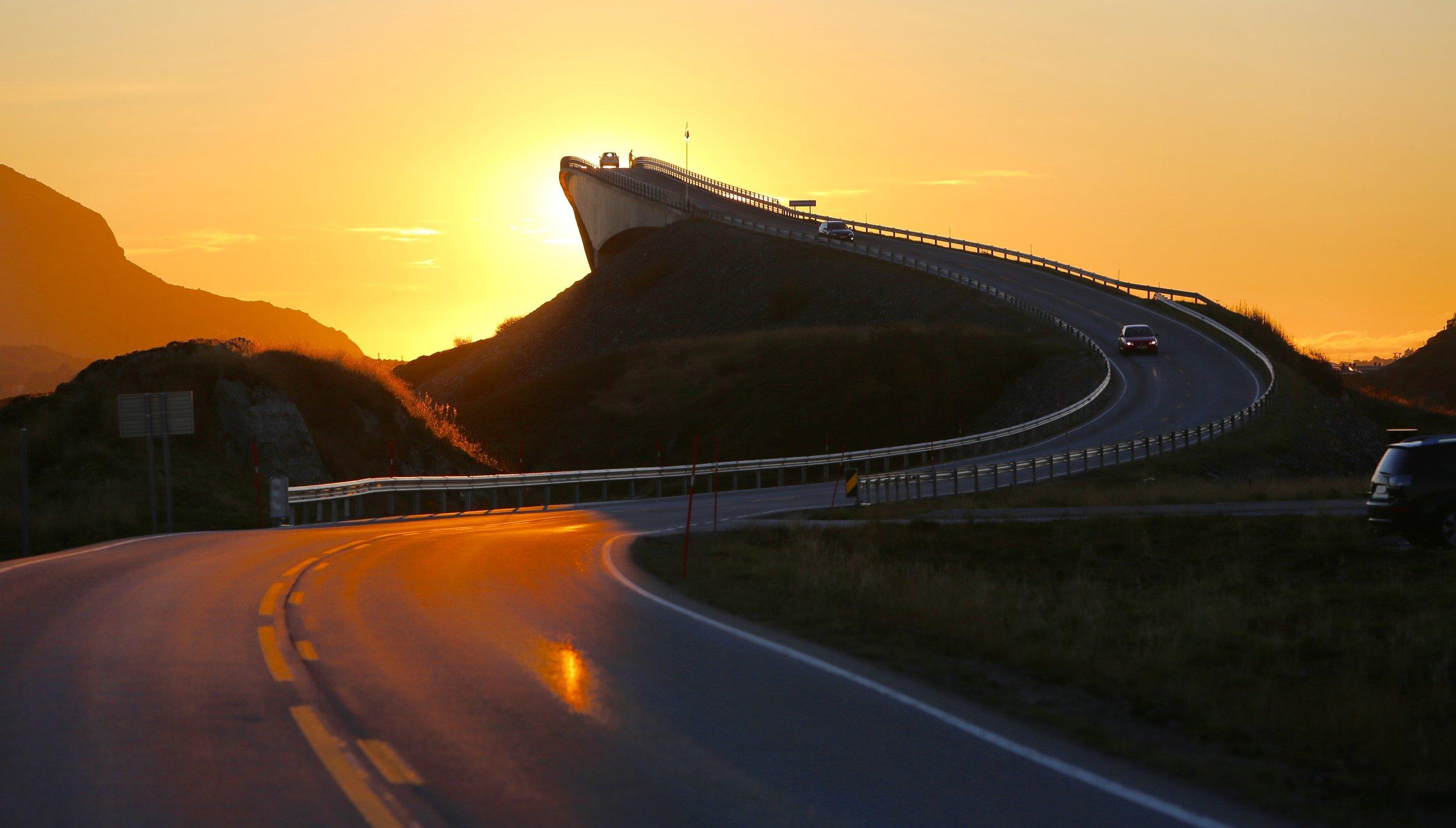 Turistveg i solnedgang.                                Foto: Odd Roar Lange