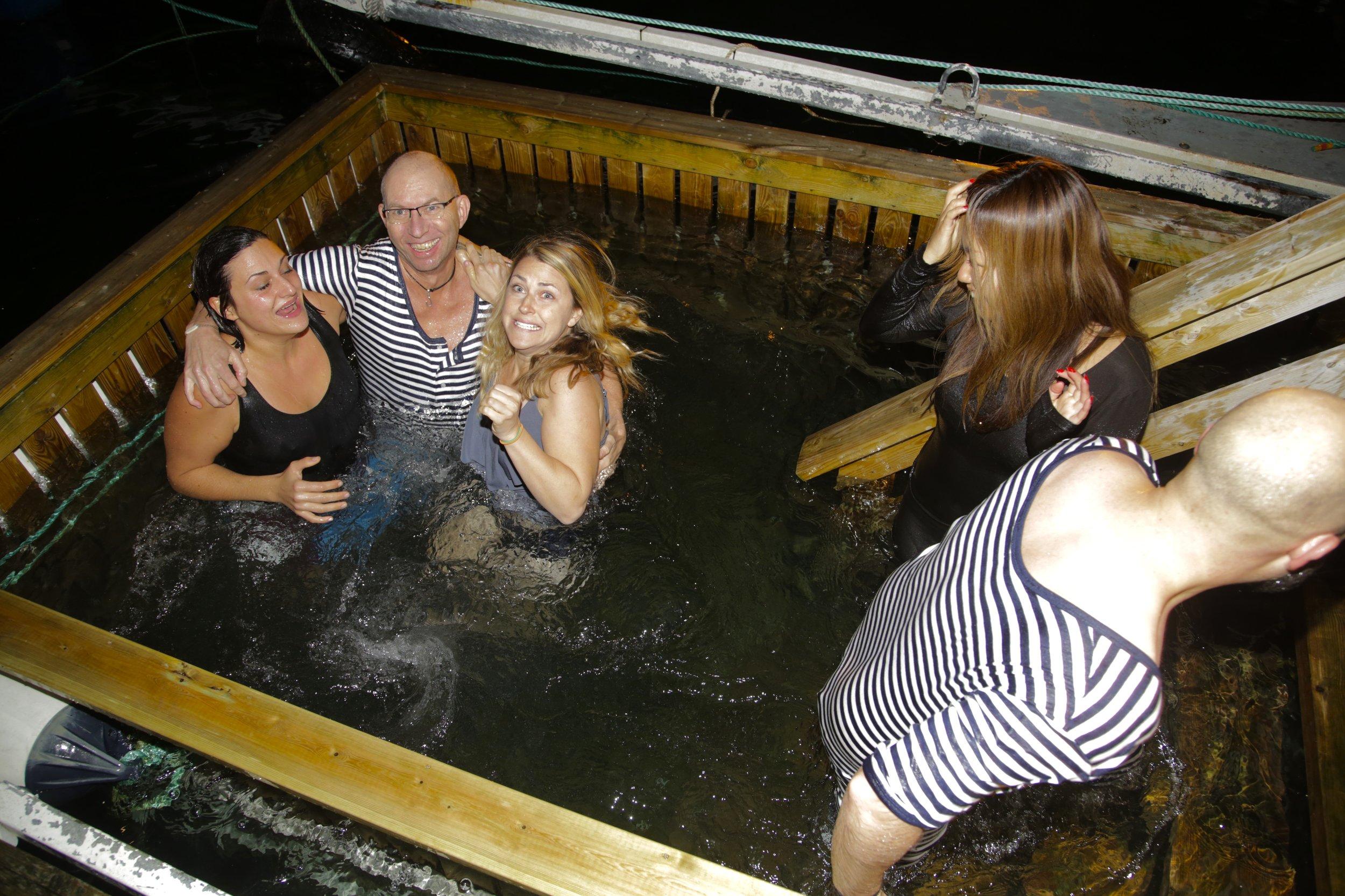 Hopp i havet, for en tøff opplevelse. Den stripete badedrakten får du kjøpt om bord.