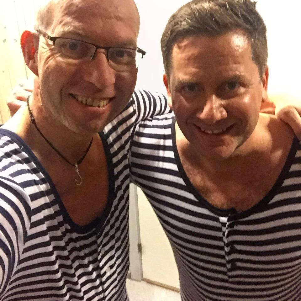 Hurtigrutens direktør Daniel Skjeldam (th) og The Travel Inspector i tidsriktig badetøy.