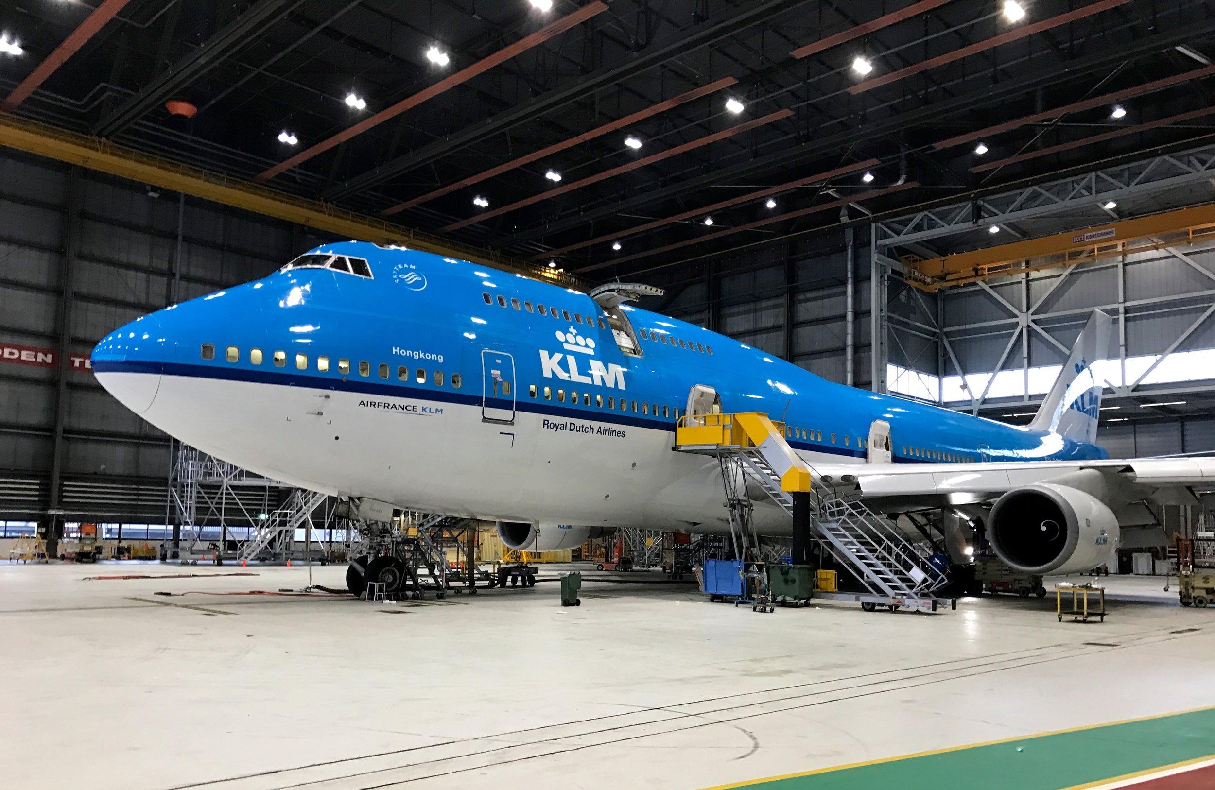 Nå er flyet inne til rutinesjekk.                          Foto: Odd Roar Lange