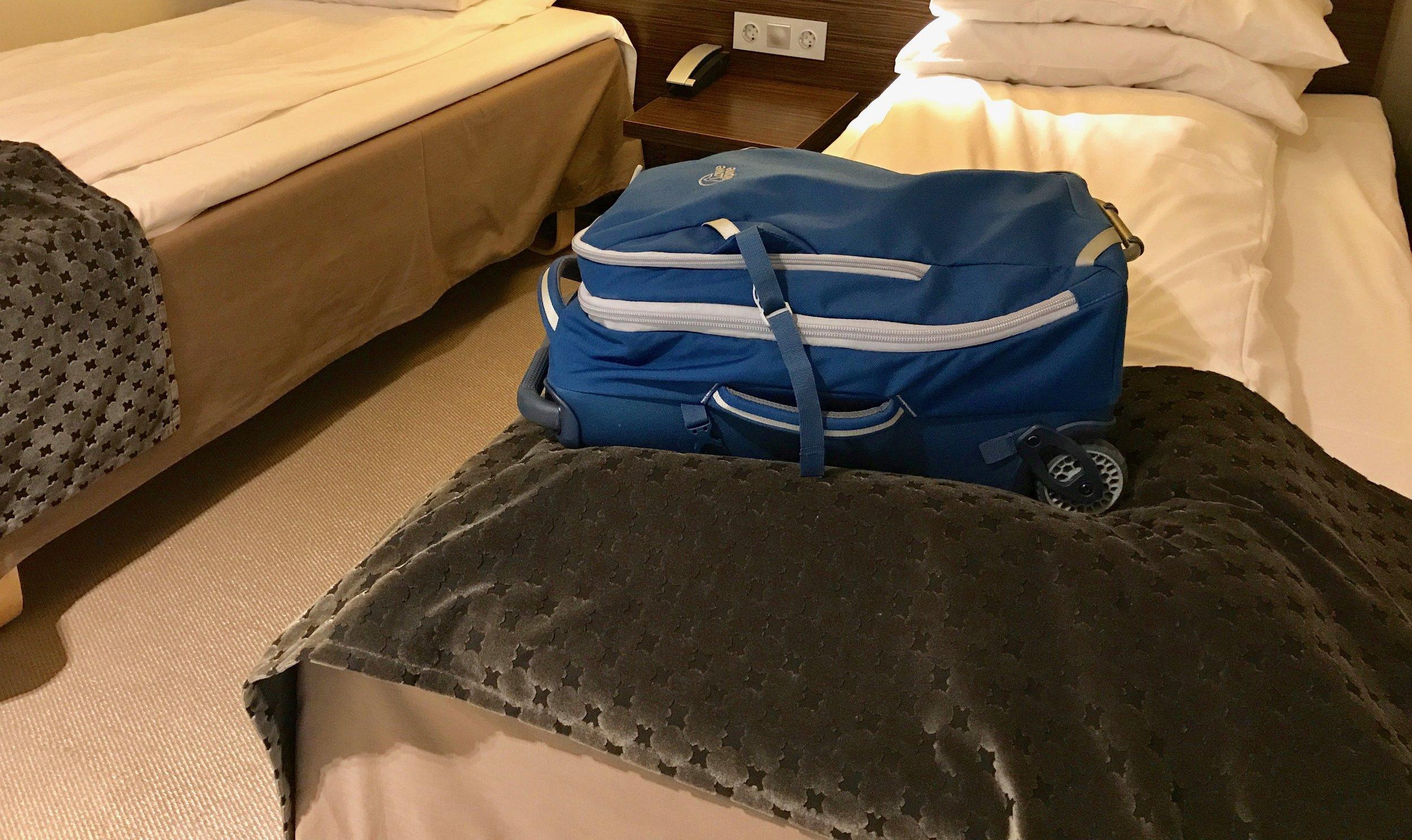 Nei, du skal ikke legge kofferten din på senga. Bruk koffertstativet eller aller helst badet. Foto: Odd Roar Lange