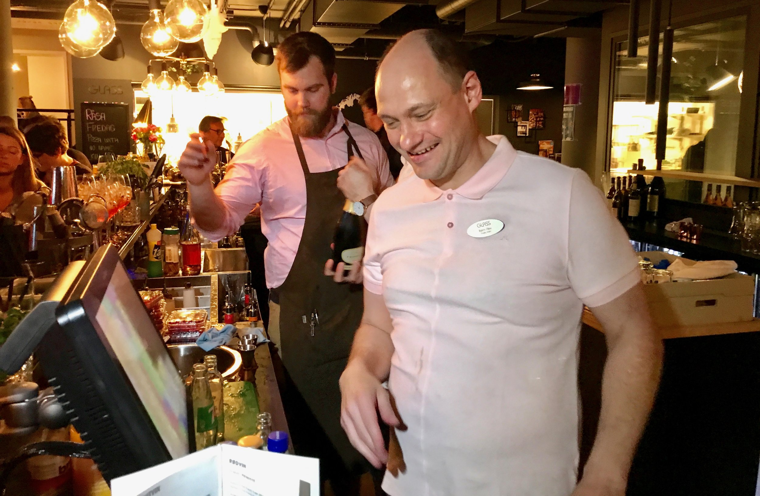 Det er travle tider i baren på Glass en fredagskveld. Heldigvis. Foto: Odd Roar Lange