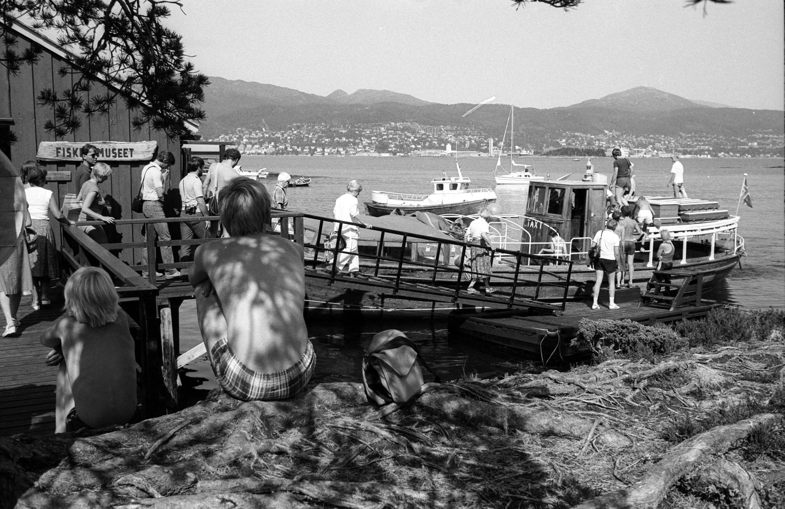 Klart for hjemtur: Denne båten er kjent for mange etter at B/F Taxi gikk i rute fra 1956 til 1986. Båten ble i 1987 solgt til Kosbergs Arkitektkontor og deretter videre til sjøspeiderne i Ålesund. Foto: Romsdalsmuseet