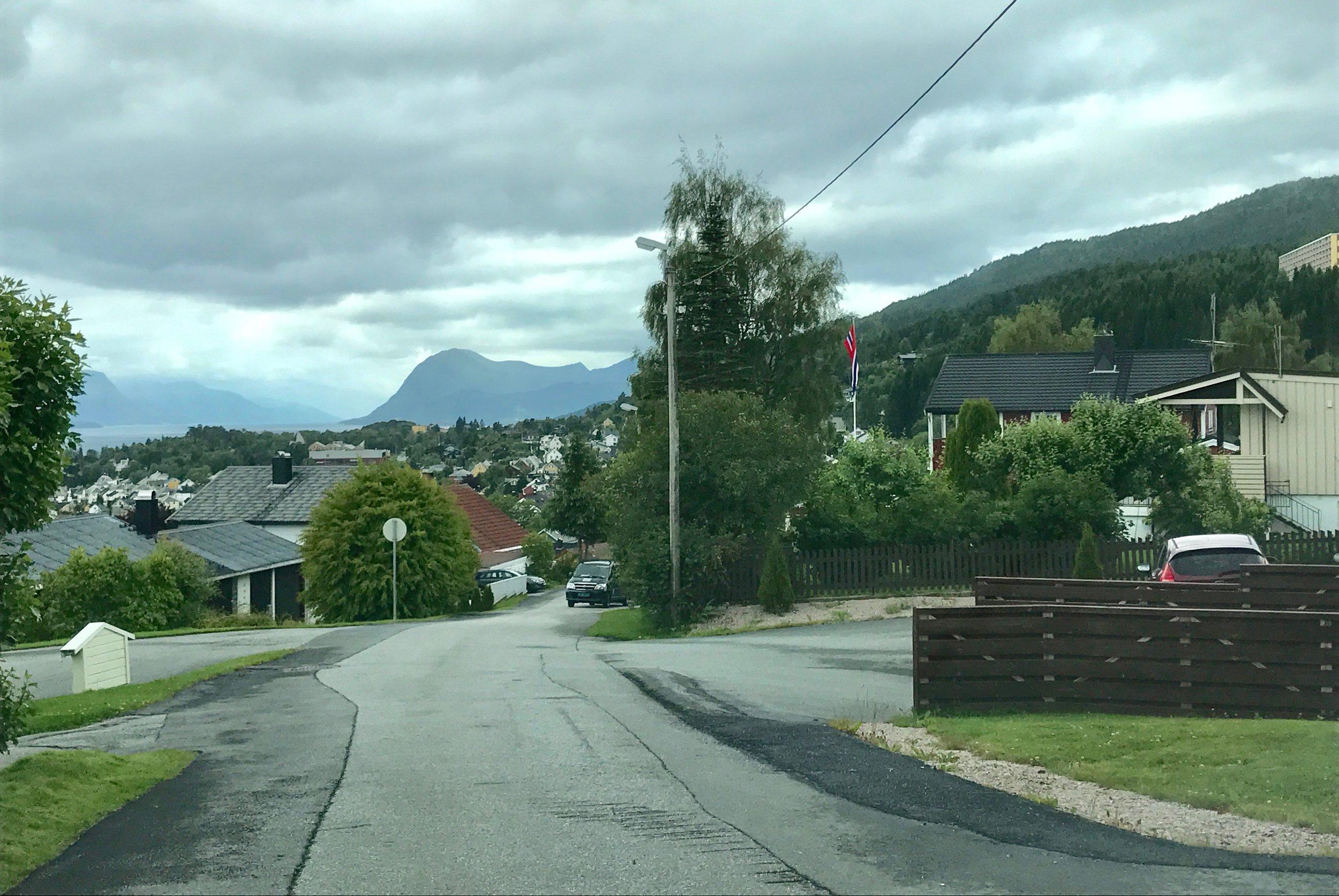 Her, i det røde huset i denne vestre delen av Solbakken i Molde bodde Jo Nesbø. Foto: Odd Roar Lange