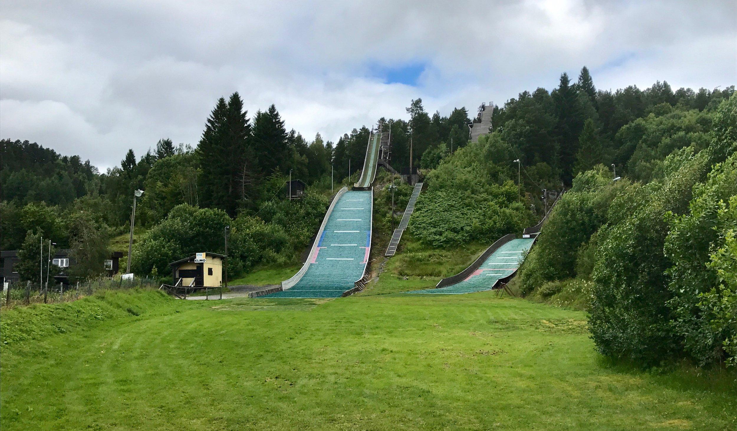 Mølleråsen, og den nedlagte «90-metersbakken» — i midten. Foto: Odd Roar Lange