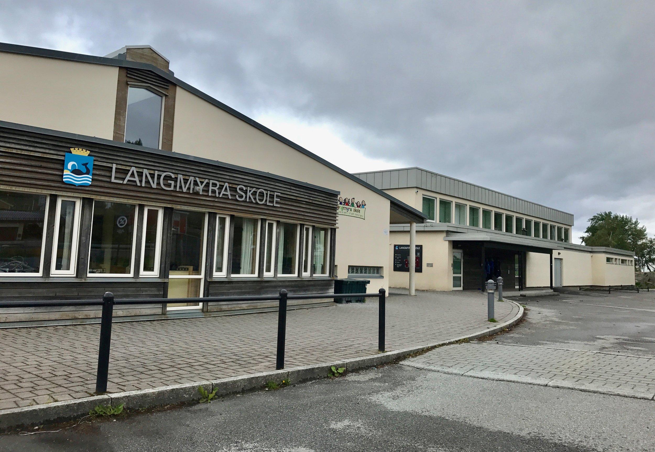 Barneskolen, med gymsalen helt til høyre i bildet. Foto: Odd Roar Lange