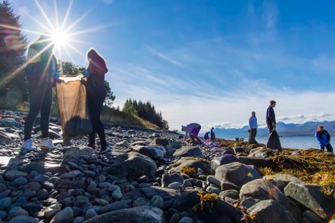 Hurtigruten utførte den største strandryddingen noen gang, da gjester og ansatte i hele flåten ryddet strender fra Kirkenes til Urke i Hjørundfjorden. Foto: Hurtigruten/ Ørjan Bertelsen