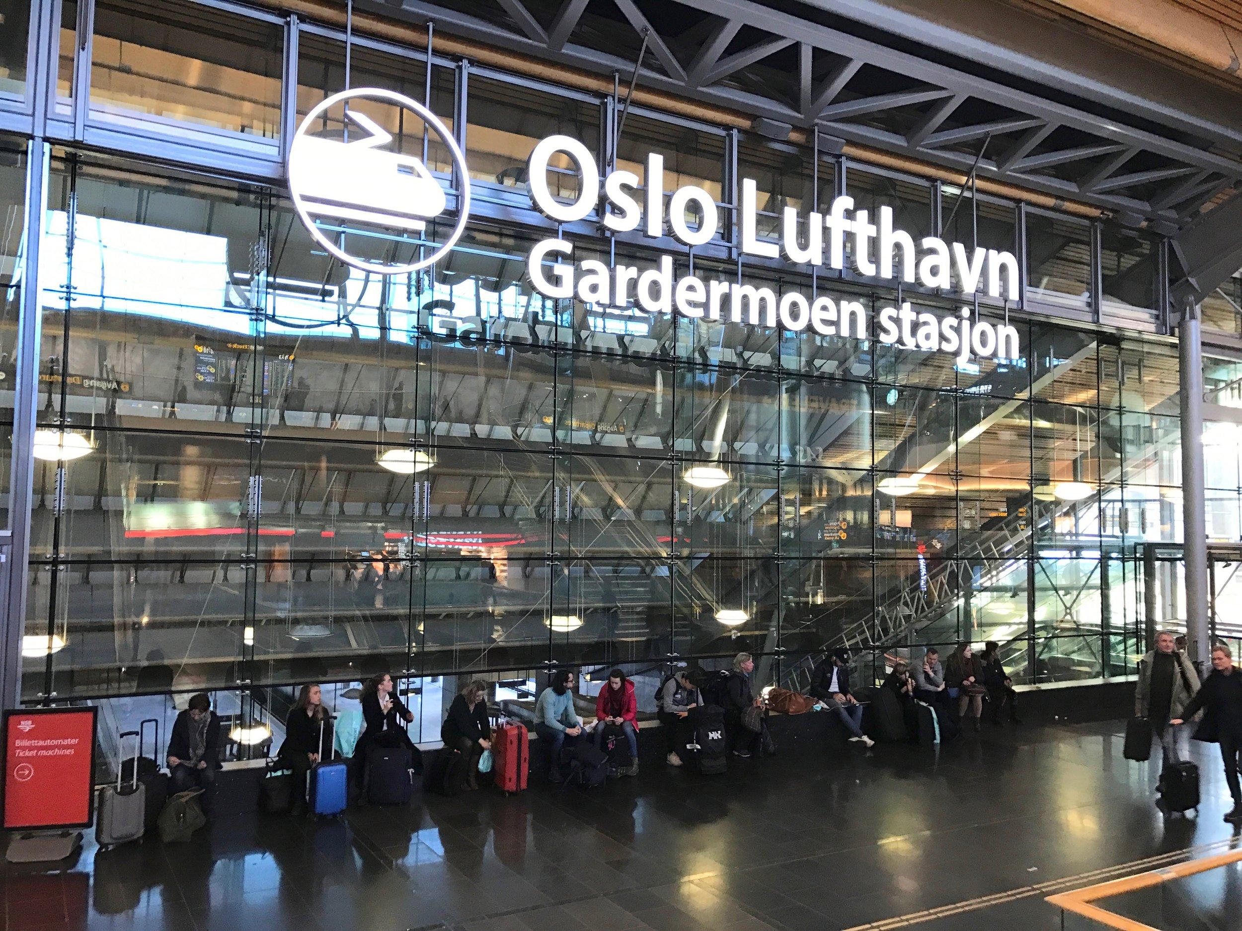 De reisende på Oslo lufthavn Gardermoen plages av pågående kredittkortselgere. Nå kan det ta slutt.                                         Foto: Odd Roar Lange
