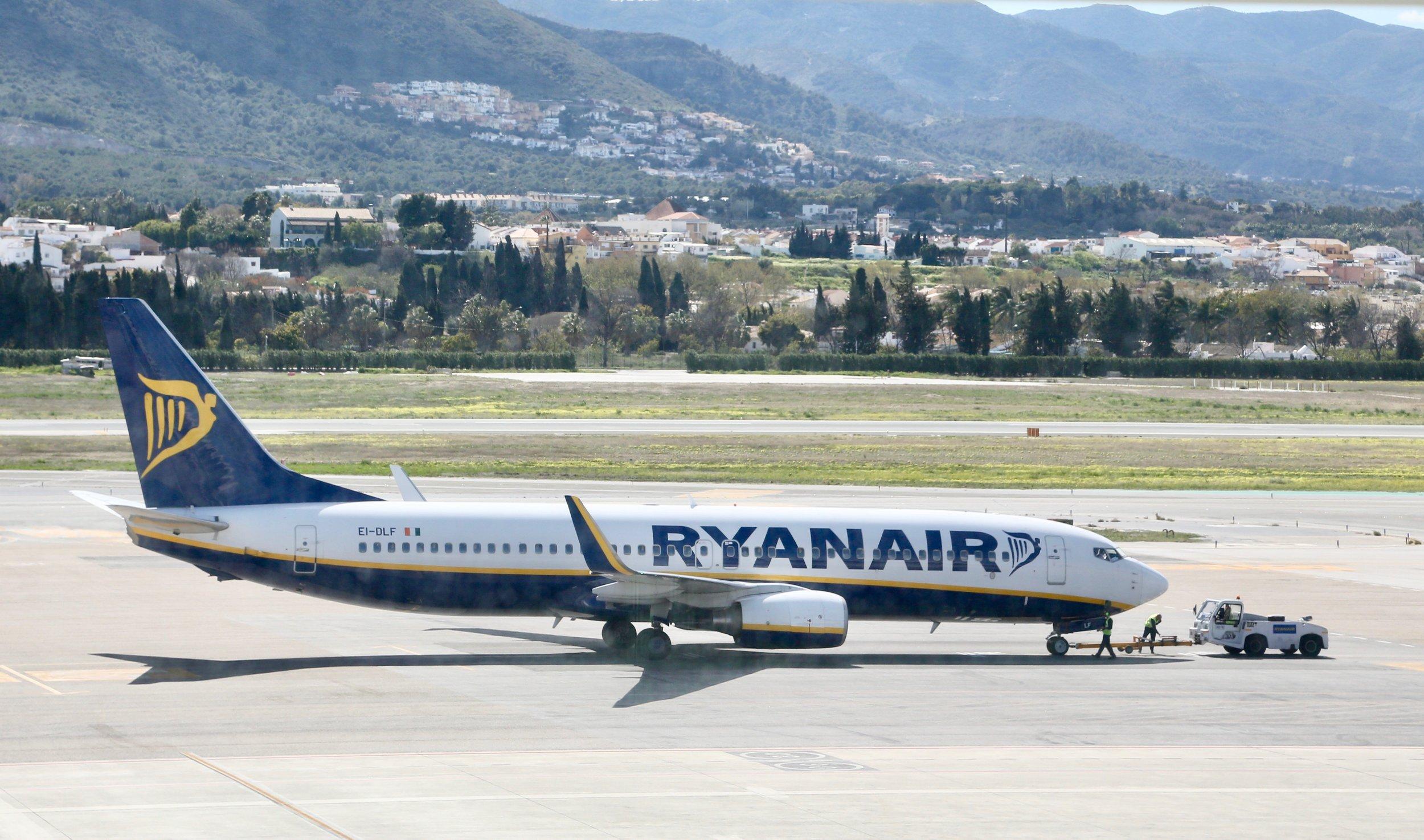 Ryanairpassasjeren orket ikke vente lenger og klatret ut på vingen da flyet landet på flyplassen i Malaga (bildet).                                          Foto: Odd Roar Lange