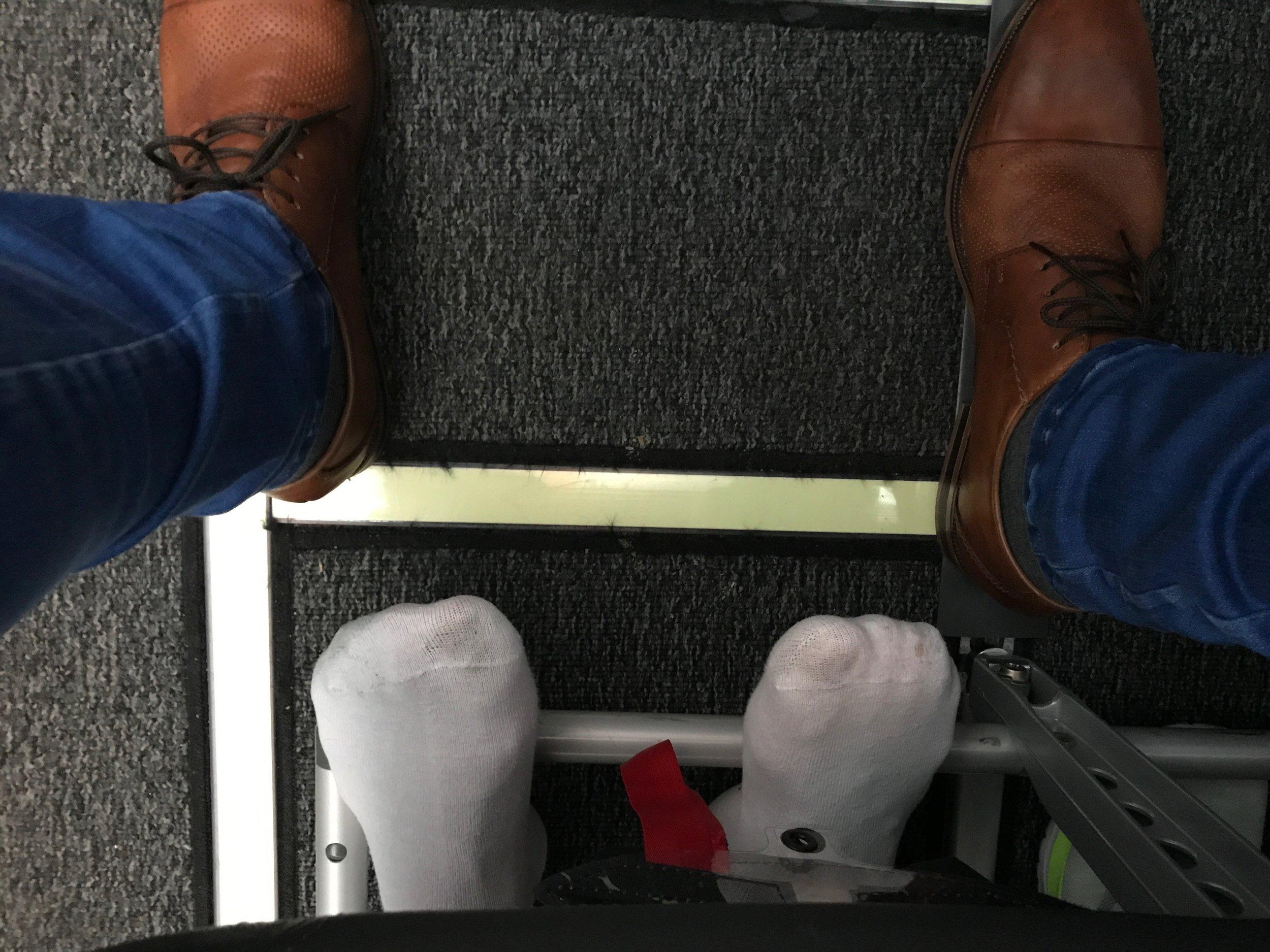 Skoene er mine. Sokkene tilhører Ego-Einar som sitter på seteraden bak. Foto: Odd Roar Lange