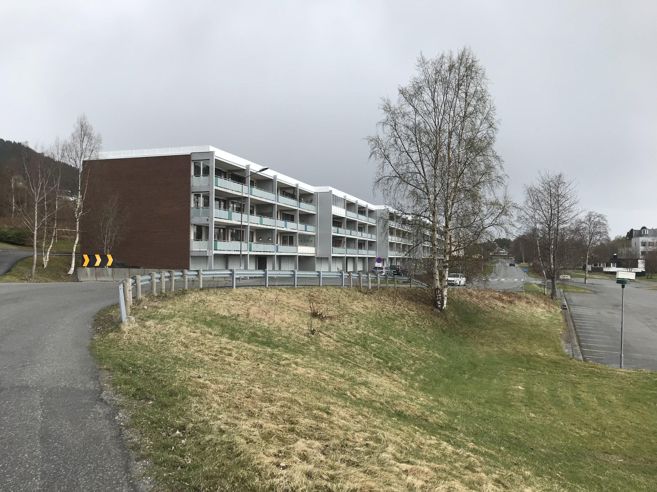 I leiligheten oppe til venstre i Nøisomhedsvegen (Øverlandsblokkene) bodde Jo og familien. Foto: Odd Roar Lange