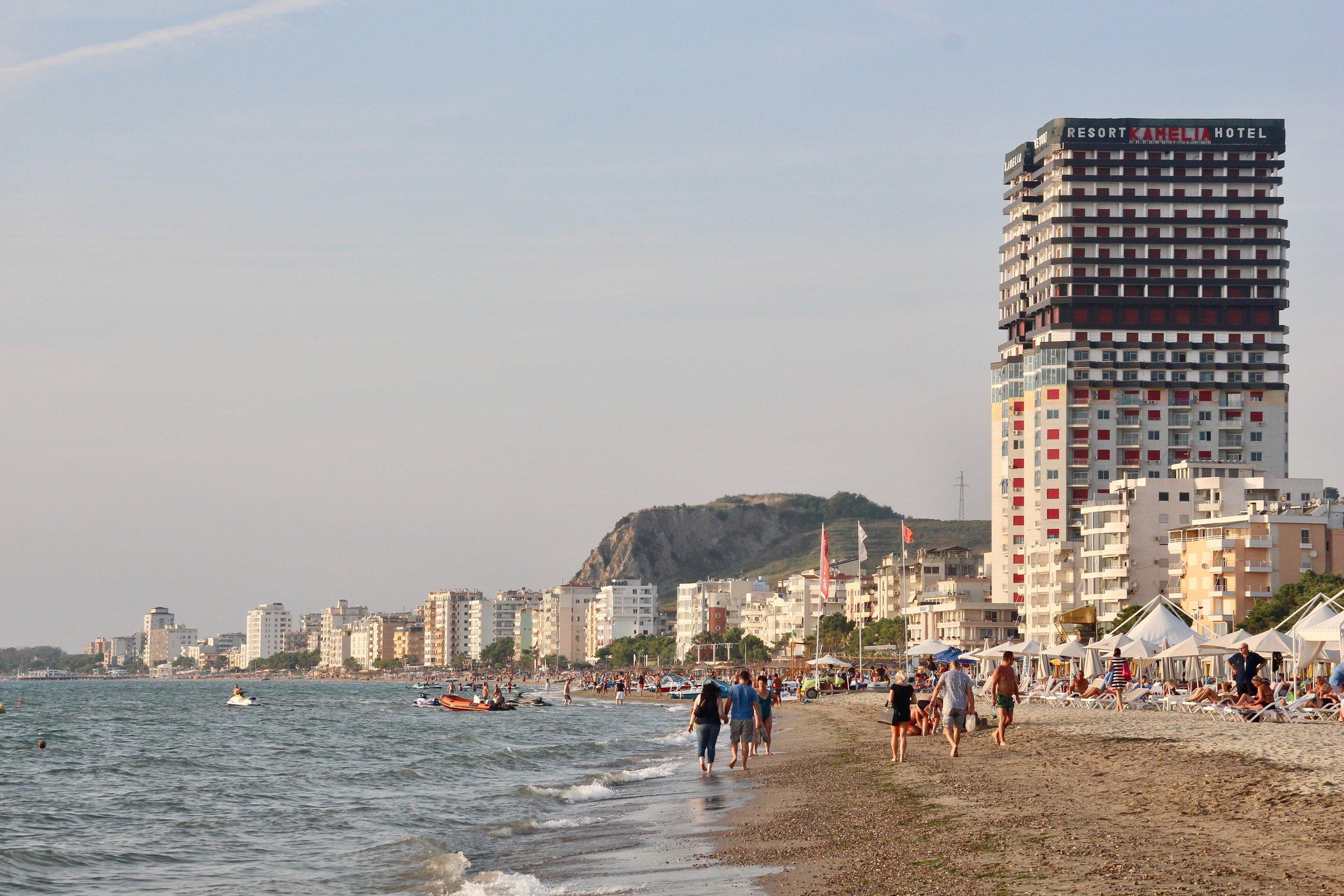 Langs den mer enn 20 km lange stranda i Durres kan du velge og vrake mellom hoteller i alle prisklasser. Regn med ca 500-600 kr per natt. Alle bilder: Odd Roar Lange