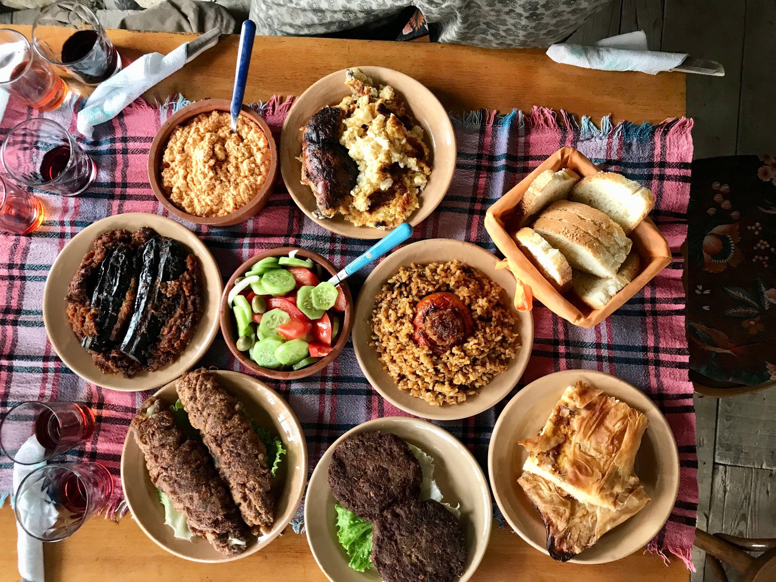 Smakfulle retter fra det albanske kjøkken. Her på besøk hjemme hos en familie i verdensarvbyen Berat. Foto: Odd Roar Lange