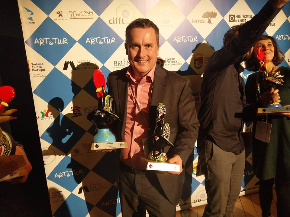 Sven-Erik Knoff hentet hjem to trofeer under filmfestivalen i Portugal. Foto: Privat