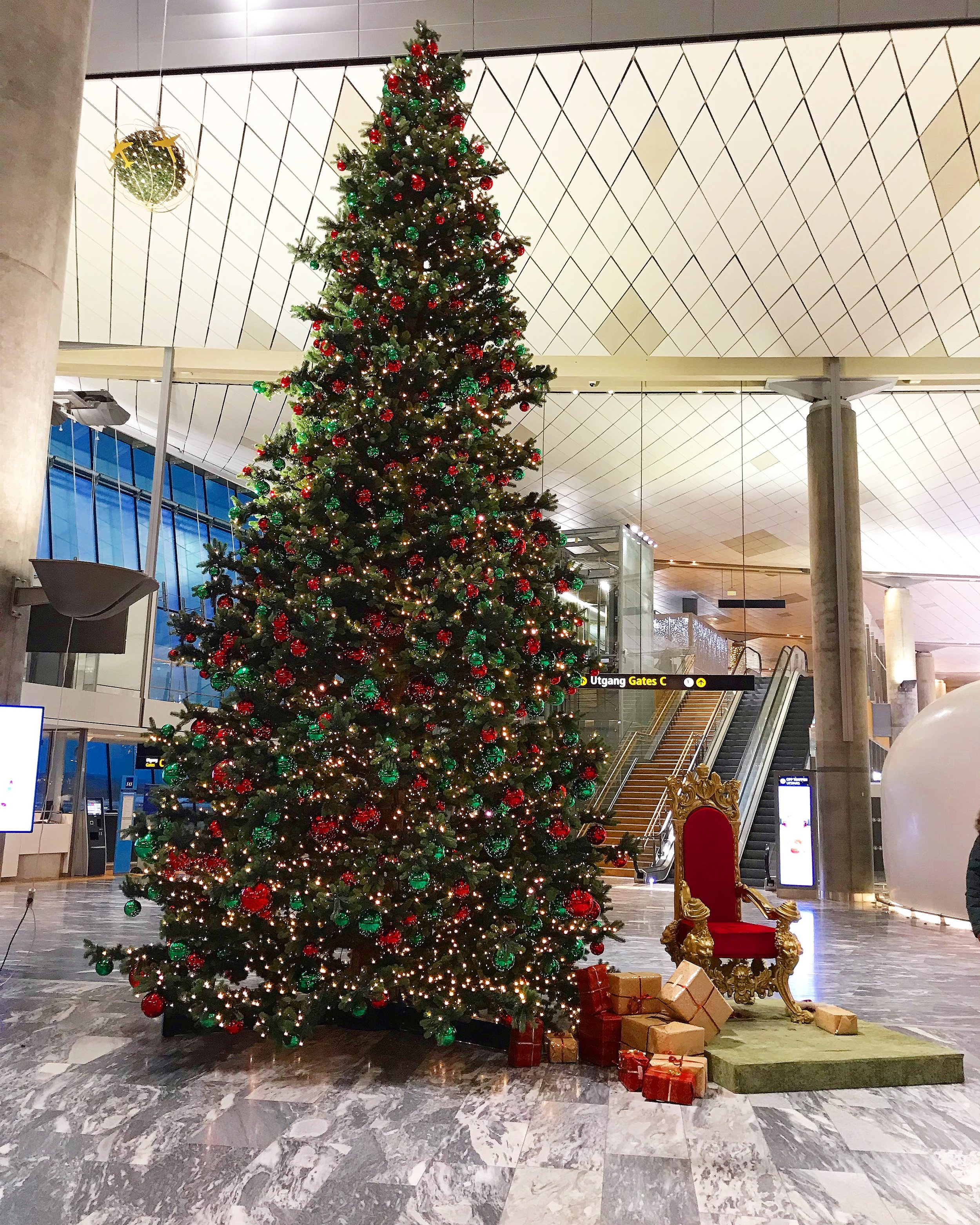 Julestemningen på flyplassen er allerede på plass.    Foto: Odd Roar Lange