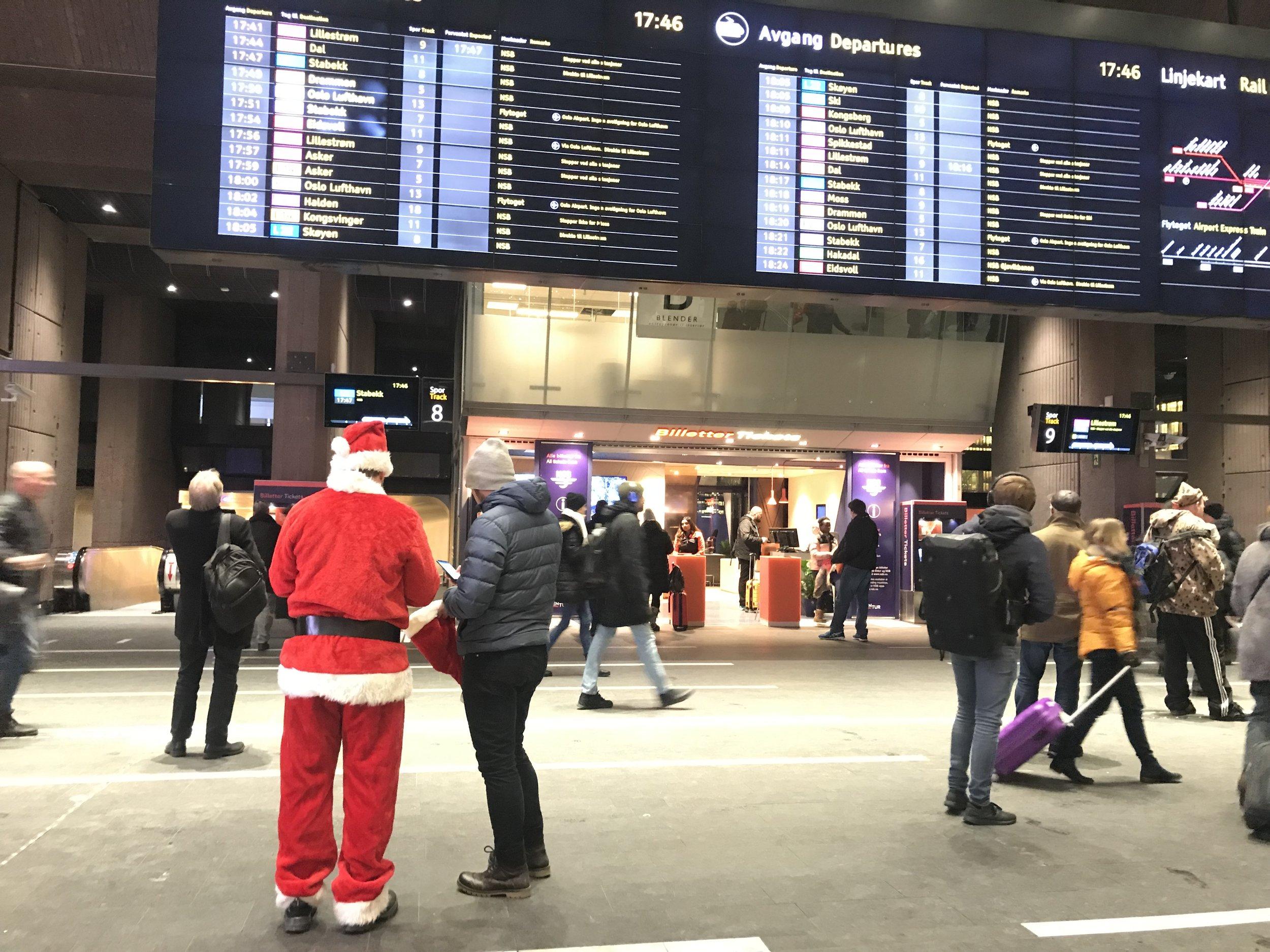 Er han på vei til Flytoget og Gardermoen?                                          Foto: Odd Roar Lange