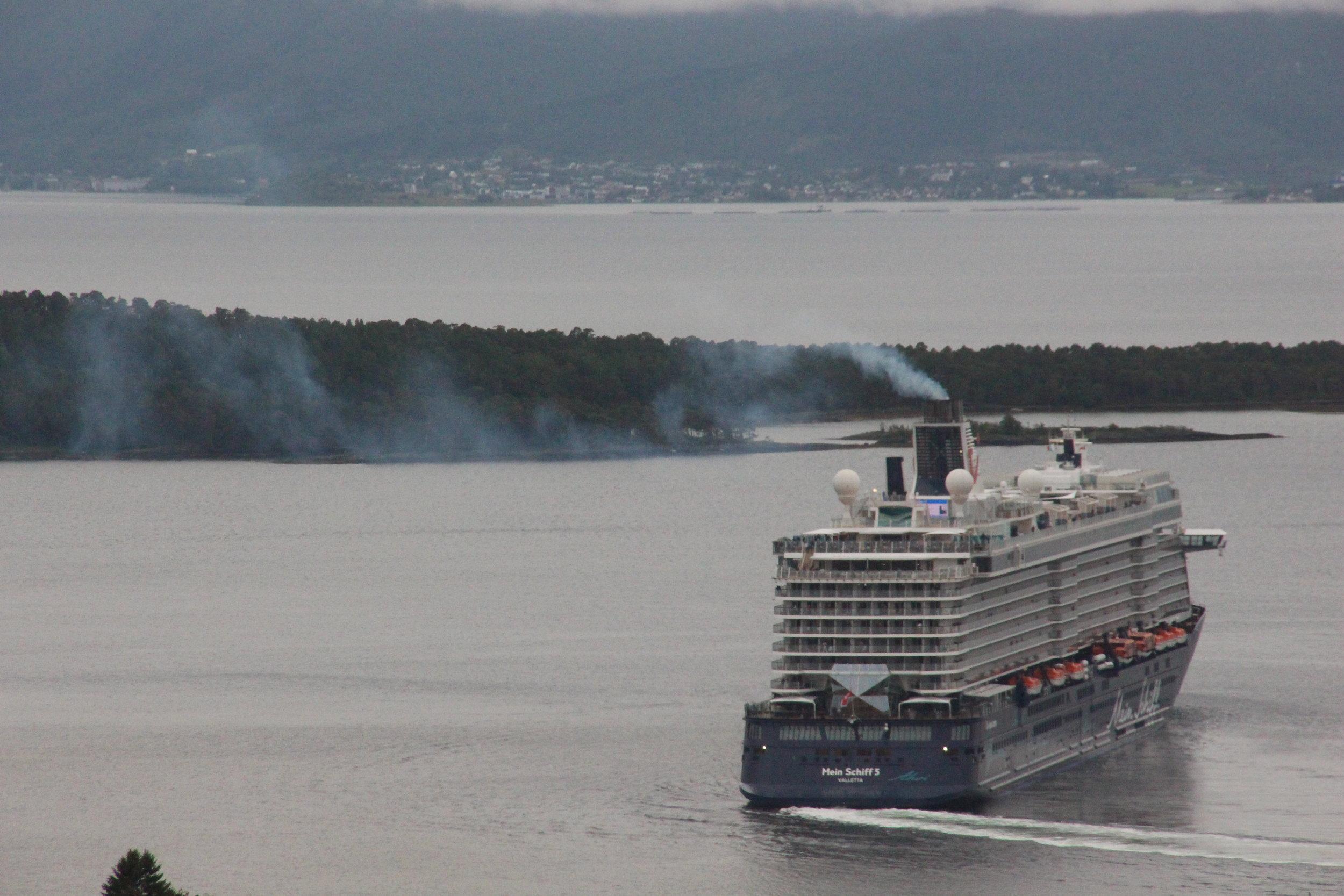 Forurenser og forarger. Kritikken mot internasjonal cruiseindustri er sterkt økende. Foto: Odd Roar Lange