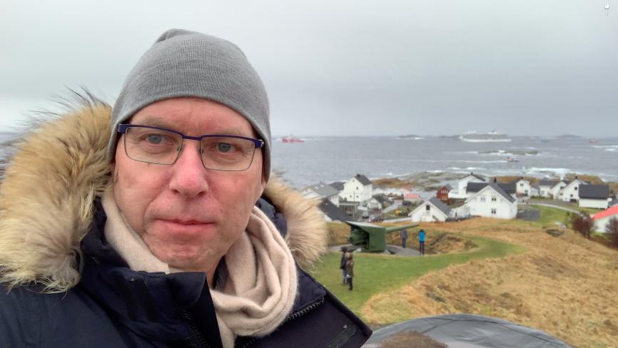 MS Viking Sky med sleper om bord mens de seiler forbi Bud i Romsdal på vei til Molde.