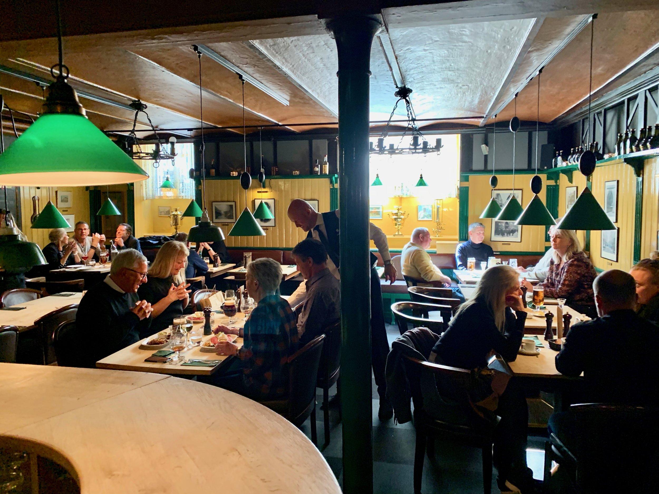 Velkommen til den brune kjellerrestauranten med de karakteristiske grønne lampene. Foto: Odd Roar Lange