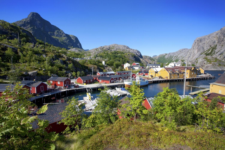 Velkommen til Nusfjord, men ikke med buss.                                         Foto: Visit Norway