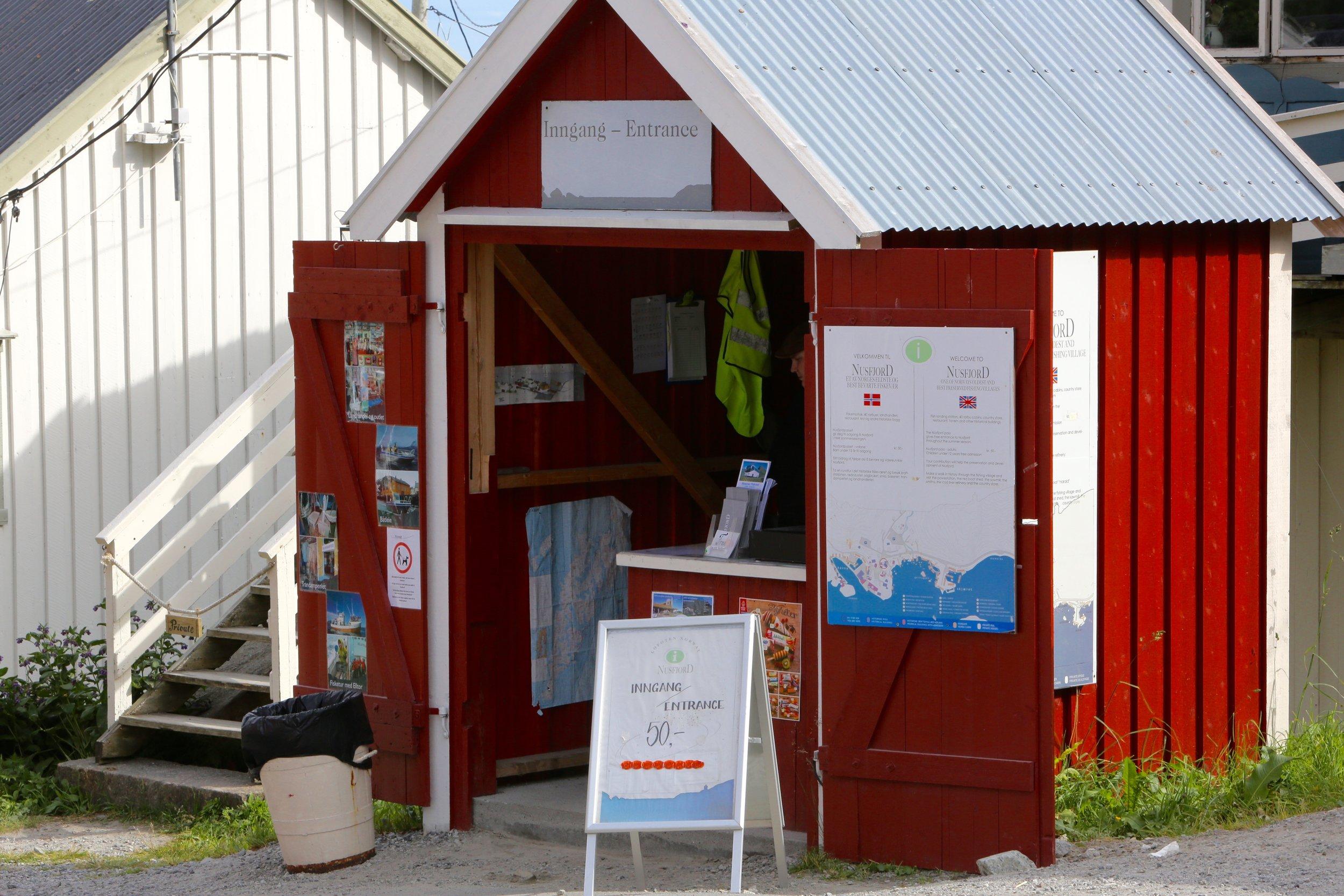 Nusfjord tar allerede i dag betalt for adgang til de fineste delene, men det ser ikke ut til å skremme mange.  Dermed faller kanskje bekymringsargumentet som mange bruker mot turistskatt i Norge. Foto: Odd Roar Lange