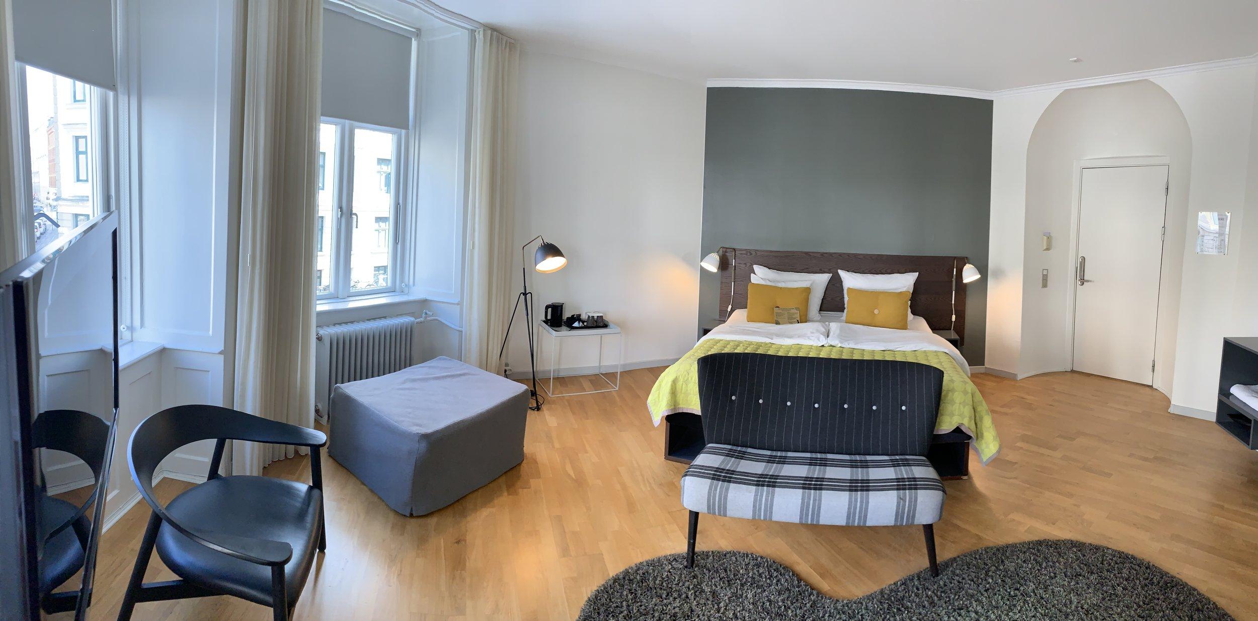 Et deilig og lyst hotellrom med retroinspirert design. Veldig gode senger og et fint bad trekker opp.                            Foto: Odd RoarLange