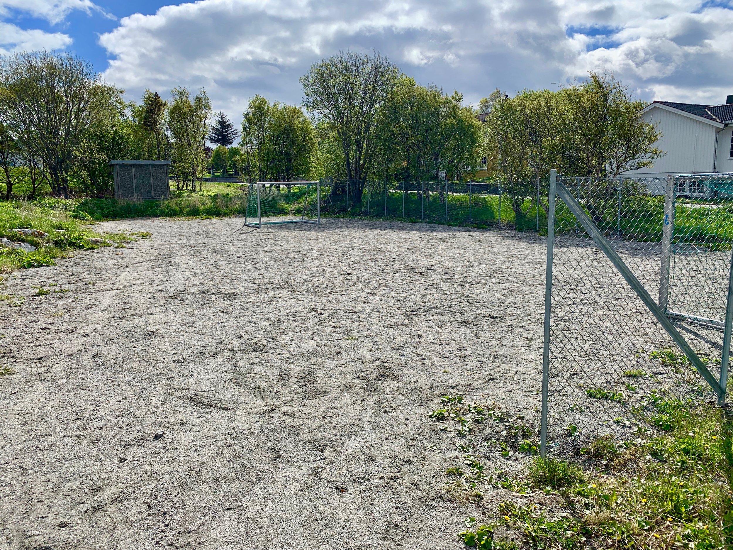 Fotballbanen like ved boligen til foreldrene til Ole Gunnar Solskjær var flittig i bruk - og er det fortsatt. Foto: Odd Roar Lange