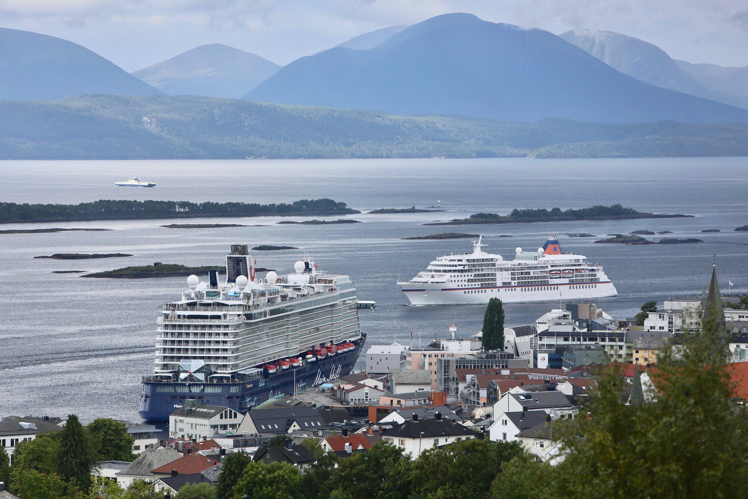 Tålegrensen for skipsstørrelser og -antall er passert for lenge siden mange steder langs kysten. Heldige er de som har havnesjefer som sier stopp før lokalbefolkningen gjør det. Foto: Odd Roar Lange