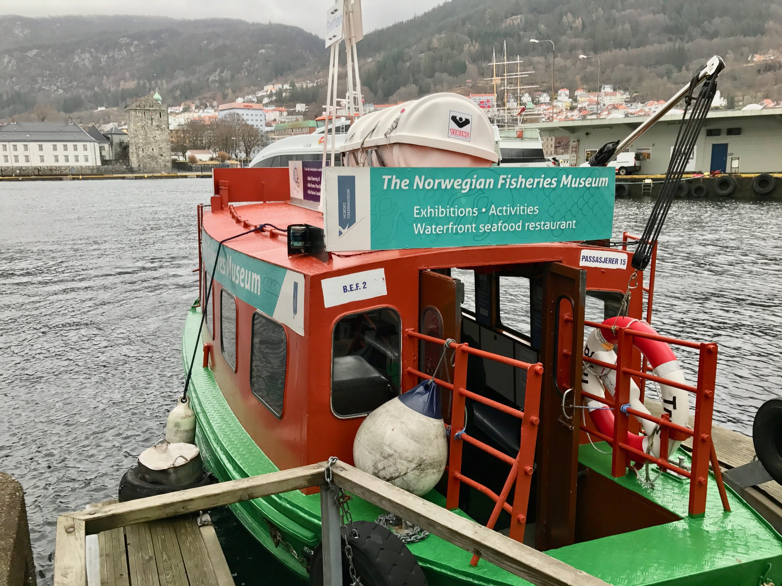 Se Bergen fra Vågen, bli transportert mellom Bradbenken og Nykirken (Munkebryggen) – eller ta en sightseeing rundt fjorden i den eneste gjenlevende fergen over Vågen. Foto: Odd Roar Lange